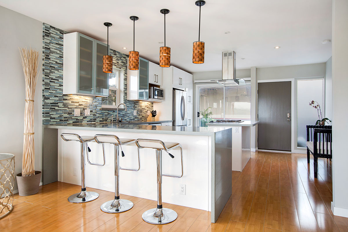 共管式独立产权公寓 为 销售 在 Remodeled Penthouse with Mt. Tam and Water Views 290 Via Casitas #302 葛兰布易, 加利福尼亚州 94904 美国