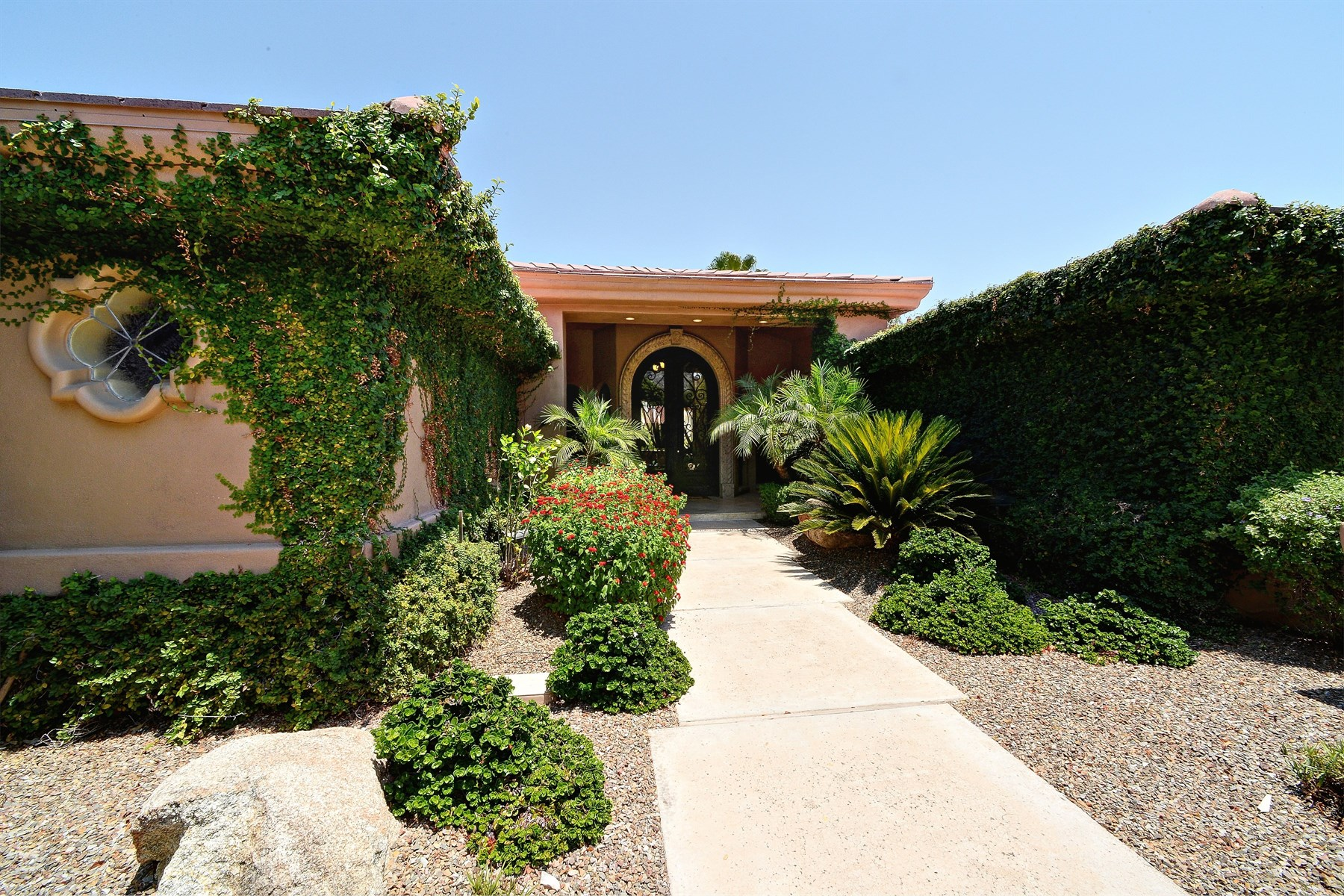 단독 가정 주택 용 매매 에 Gorgeous home in highly sought after Doubletree Canyon. 8929 N 47TH ST Phoenix, 아리조나 85028 미국