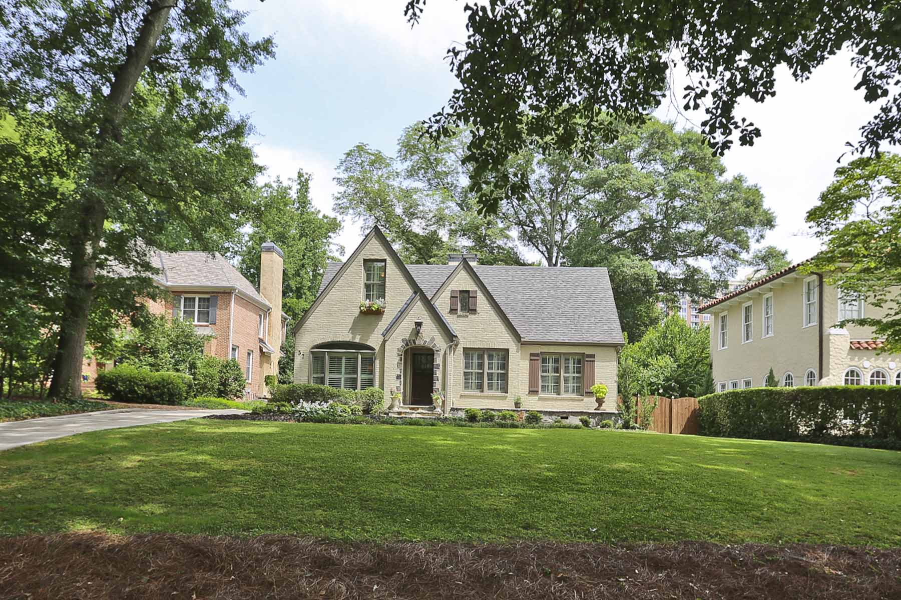 Moradia para Venda às Immaculately renovated brick Tudor-style home nestled in desirable Brookwood. 37 26th Street NW Brookwood, Atlanta, Geórgia 30309 Estados Unidos