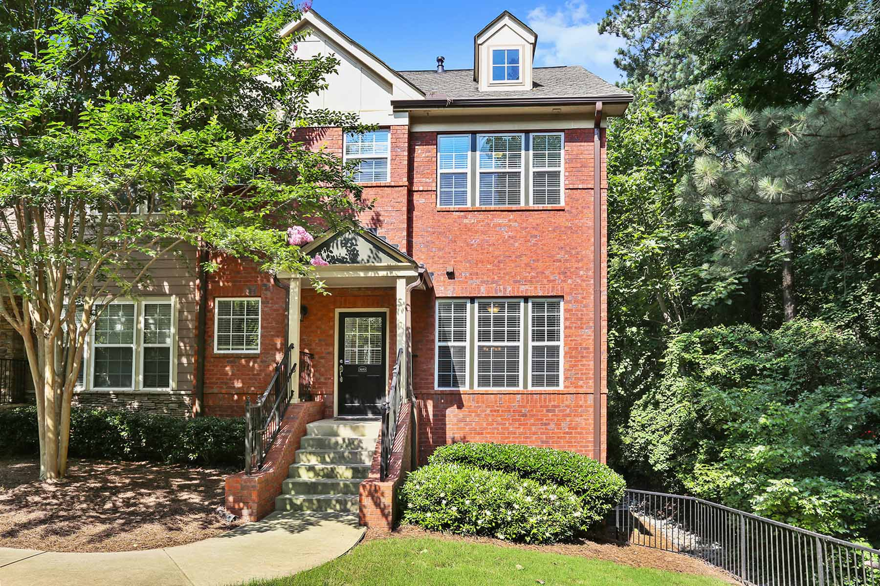 Maison de ville pour l Vente à Amazing Brick Townhouse 3693 Ashford Creek Trail NE Atlanta, Georgia, 30319 États-Unis