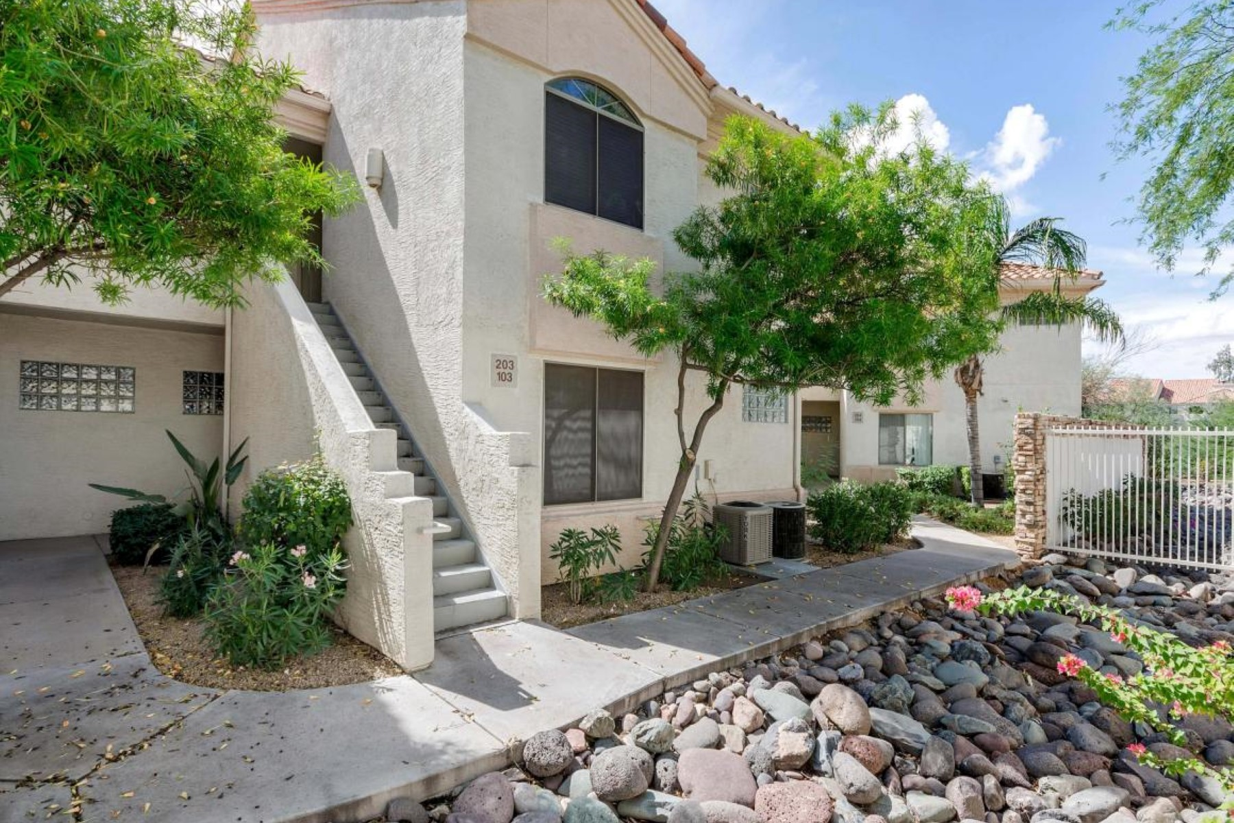 联栋屋 为 销售 在 Beautifully maintained and perfectly located Townhouse 5249 E Shea BLVD 103 Scottsdale, 亚利桑那州 85254 美国