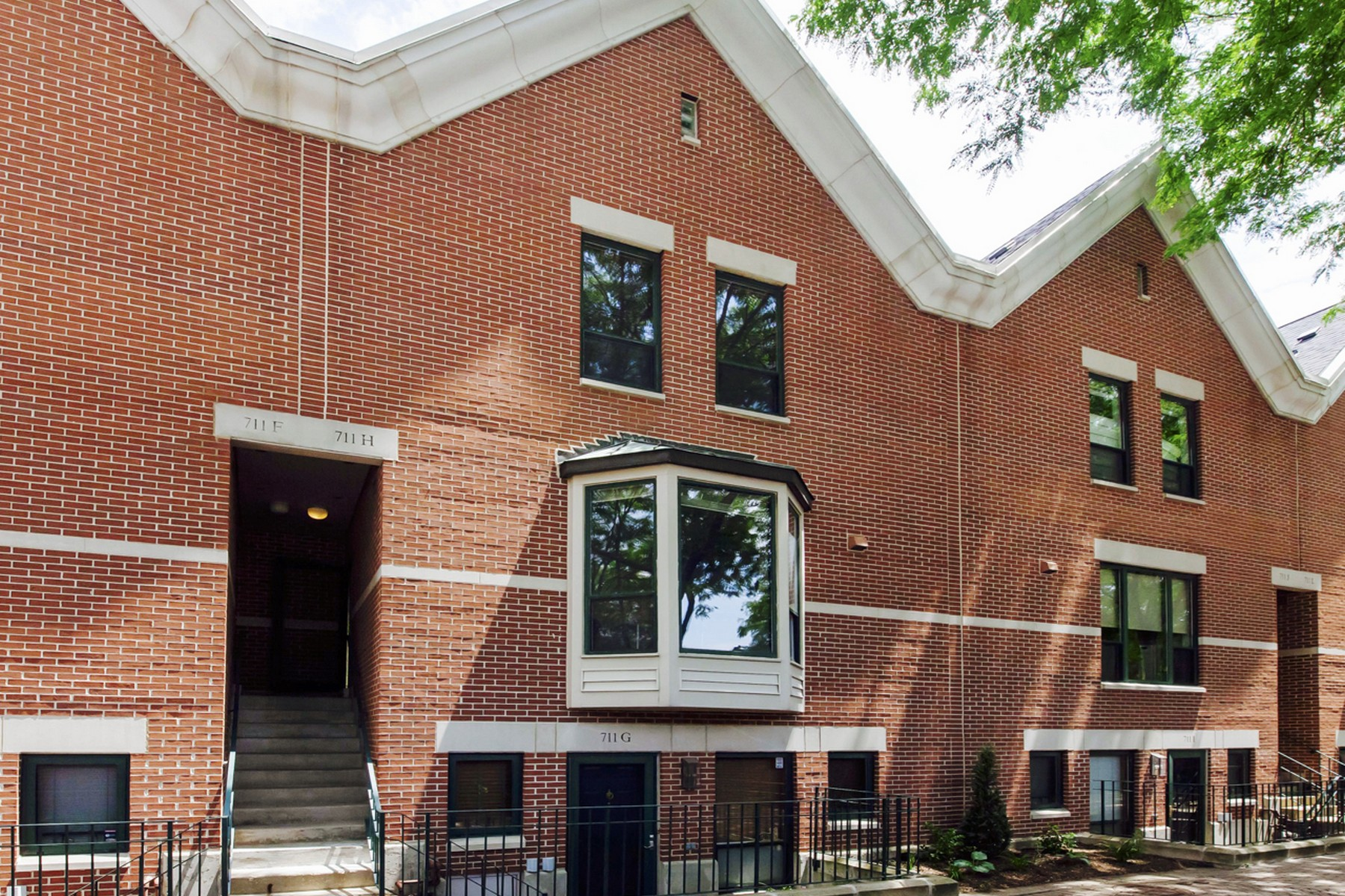 Maison accolée pour l Vente à Huge Tri-Level Garibaldi Square Townhome! 711 S Ashland Avenue Unit H Near West Side, Chicago, Illinois, 60607 États-Unis