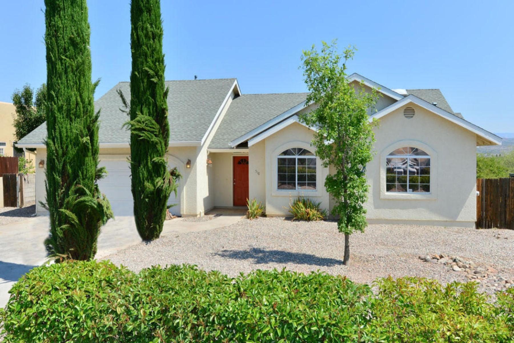Moradia para Venda às Elegant frontyard with towering Italian Cypress bordering driveway. 518 W Mesquite Drive Cottonwood, Arizona 86326 Estados Unidos