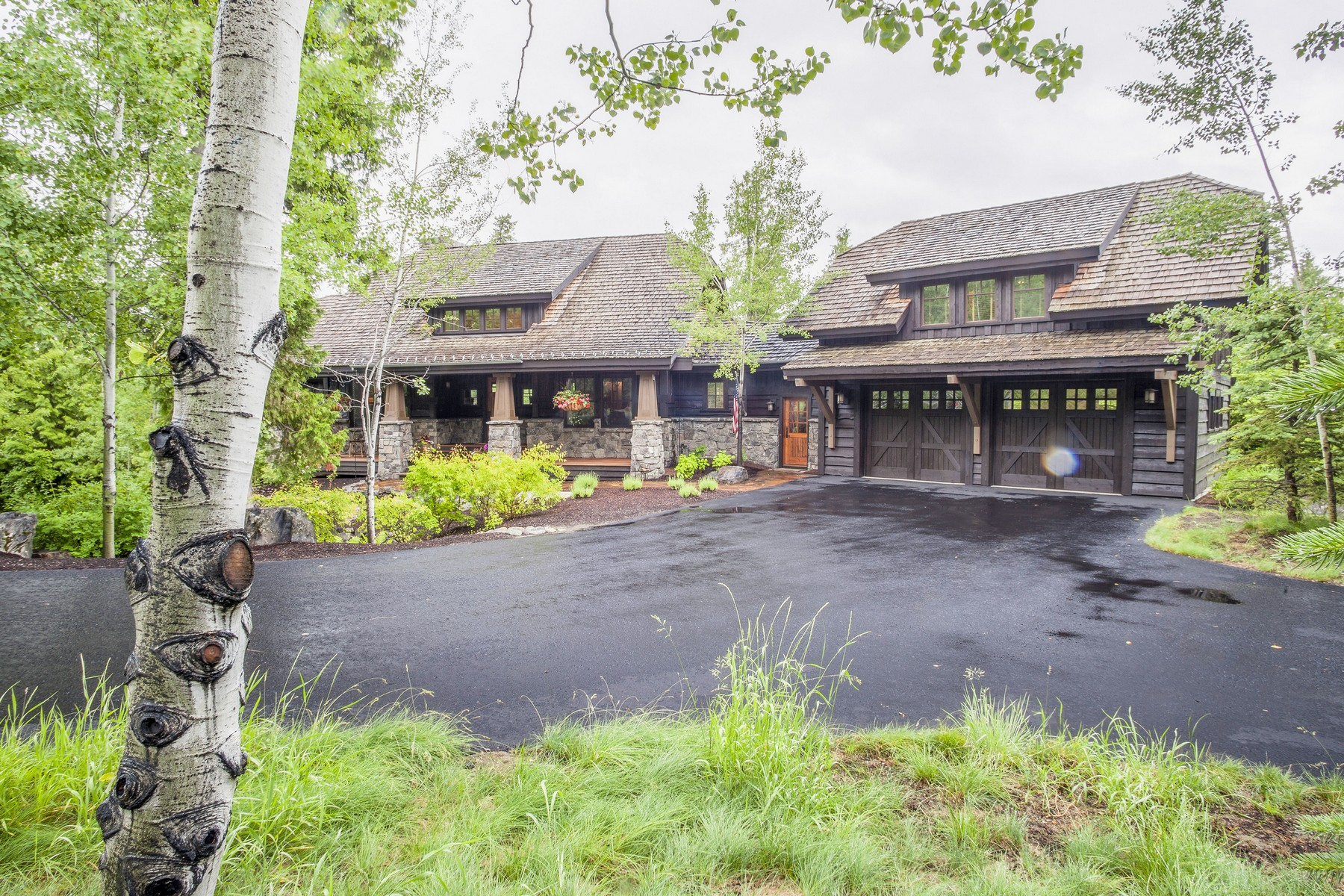 Moradia para Venda às Beautiful Home with Lush Grounds 177 S Shooting Star Circle Iron Horse Golf Community, Whitefish, Montana 59937 Estados Unidos
