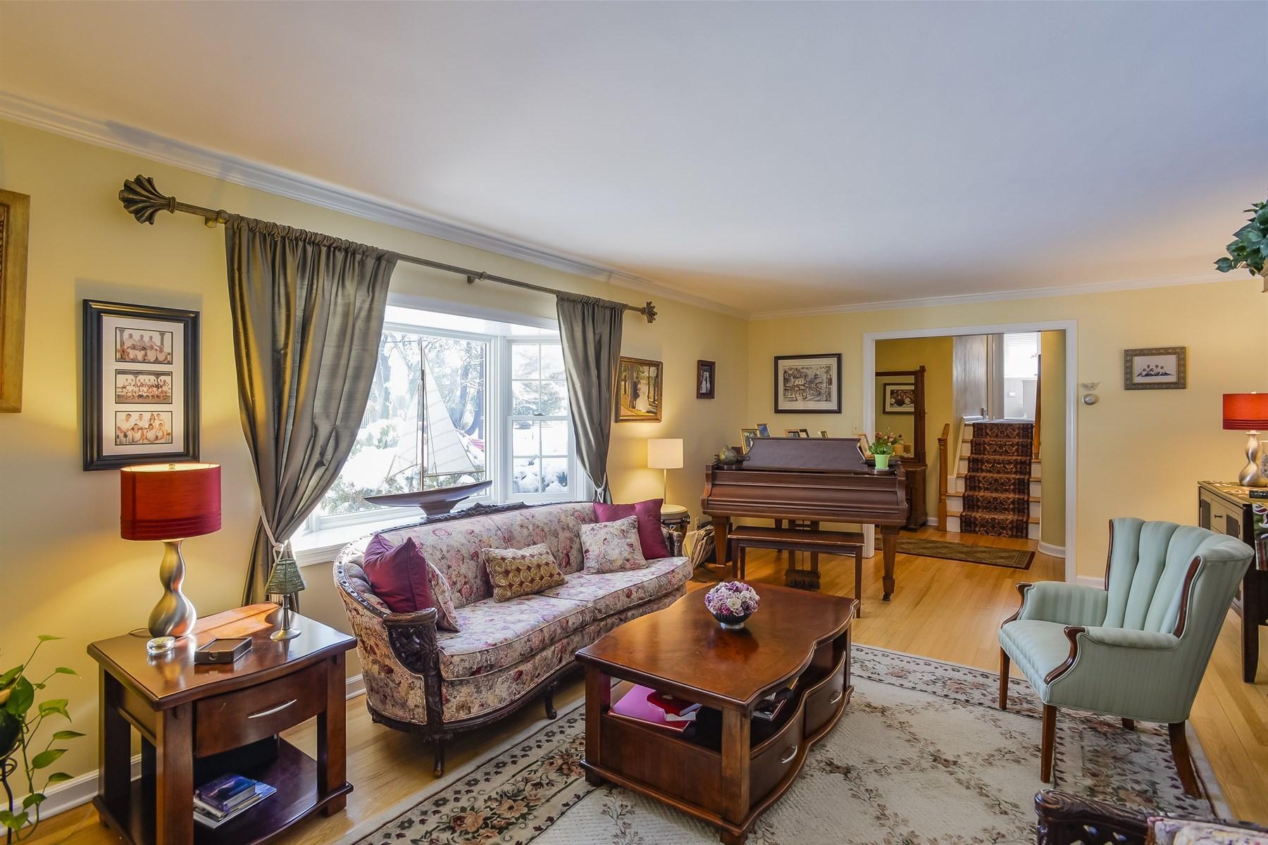 Villa per Vendita alle ore Spacious home on oversized River Oaks property 45 Hillcrest Rd Fair Haven, New Jersey, 07704 Stati Uniti