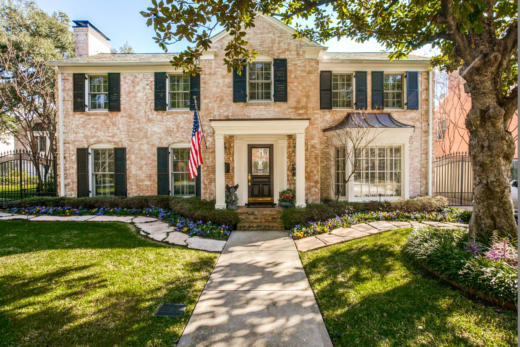 Moradia para Venda às Highland Park Traditional on Fabulous Double Lot 4417 Belclaire Avenue Dallas, Texas, 75205 Estados Unidos
