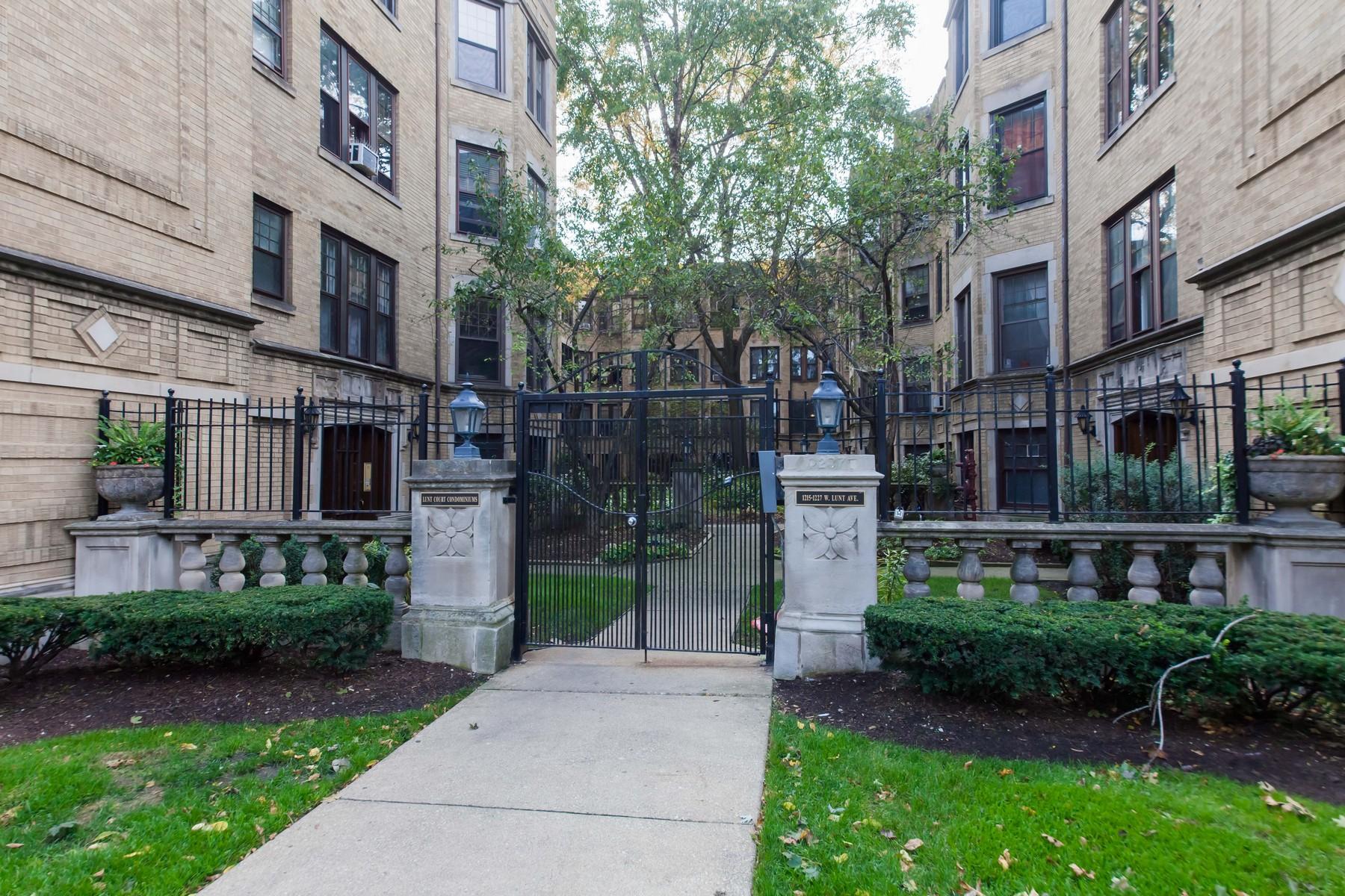 Appartement en copropriété pour l Vente à Top Floor Sun Filled Unit 1215 W Lunt Avenue Unit 3A Chicago, Illinois, 60626 États-Unis
