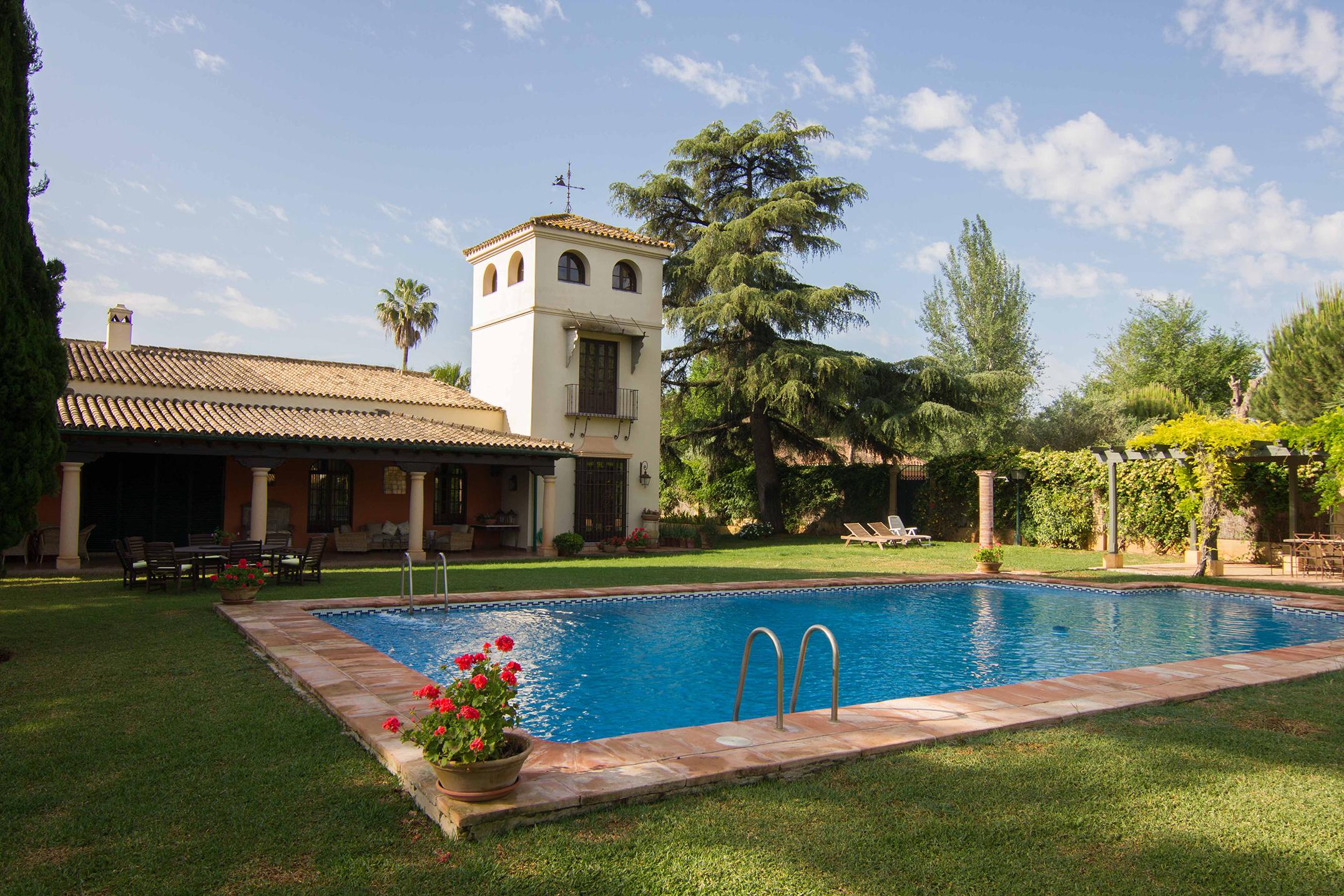Maison unifamiliale pour l Vente à Exclusive villa in a private urbanization Sevilla, Andalousie, Espagne