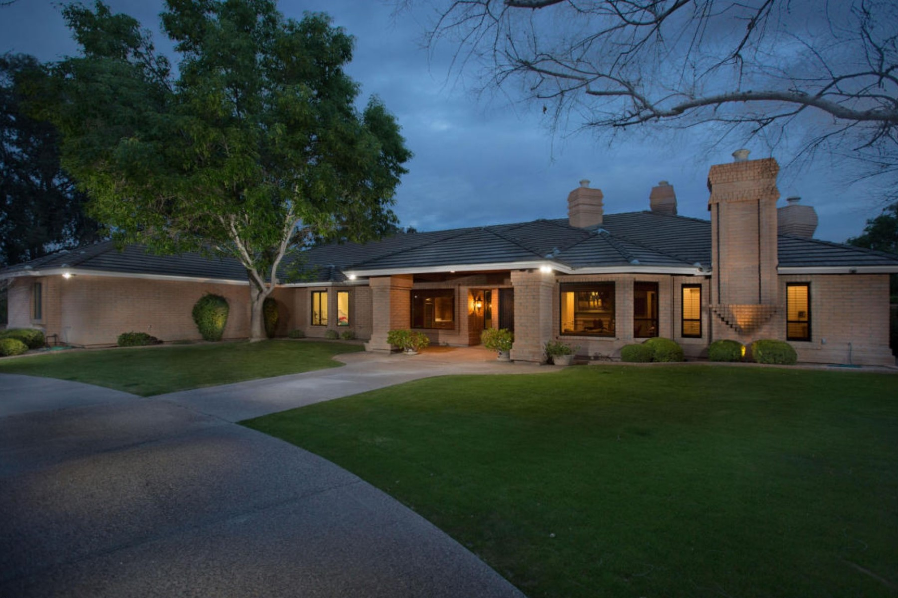 Casa Unifamiliar por un Venta en Recently Upgraded Paradise Valley Gated Estate 7711 N Invergordon Rd Paradise Valley, Arizona 85253 Estados Unidos