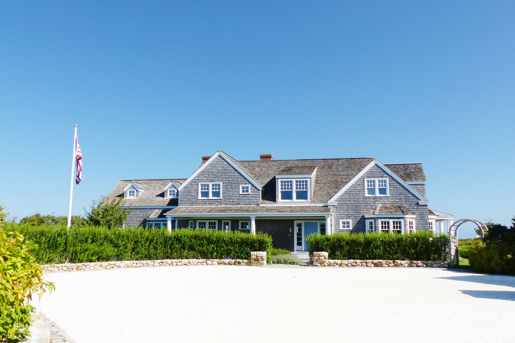 Casa Unifamiliar por un Venta en Exceptional Island Compound with Panoramic Harbor Views 2 Shawkemo Hills Lane Nantucket, Massachusetts, 02554 Estados Unidos