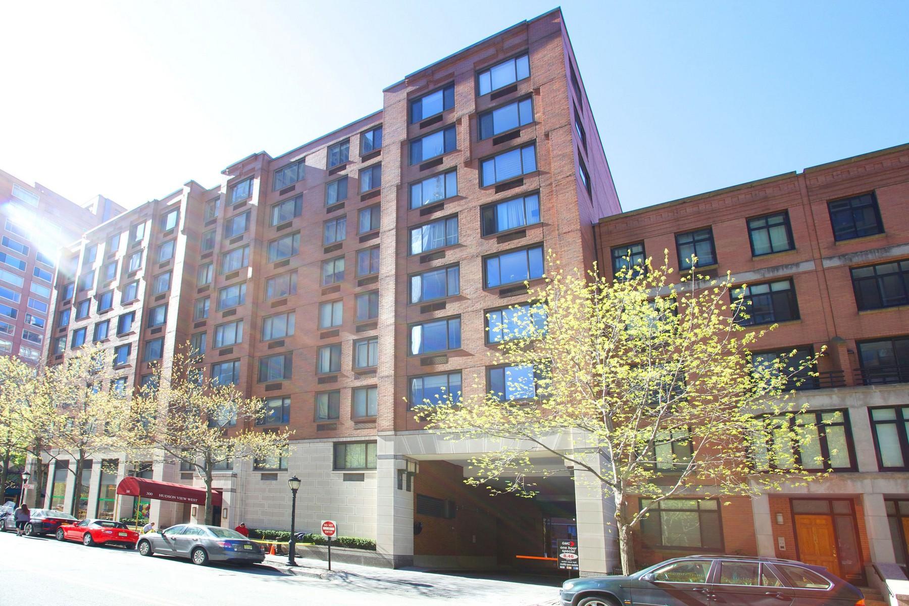 Кооперативная квартира для того Продажа на Spacious Studio in all brick highrise 300 Albany Street #5-O Hudson View West New York, Нью-Йорк 10280 Соединенные Штаты