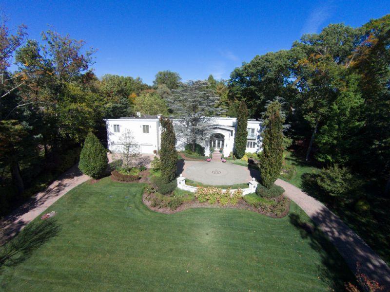 Villa per Vendita alle ore Understated Elegance Saddle River, New Jersey 07458 Stati Uniti