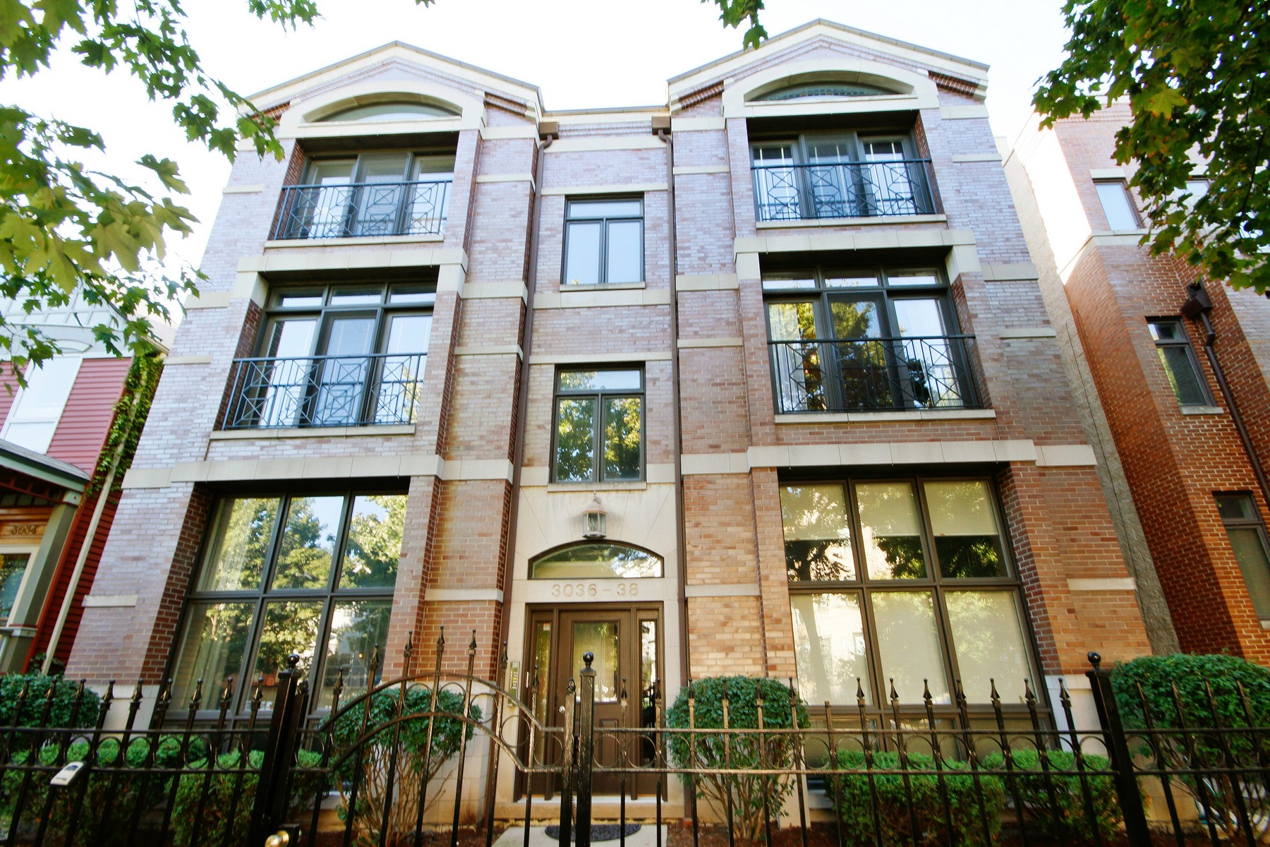 Maison unifamiliale pour l Vente à Extra Wide Condo in Lakeview 3038 N Kenmore Avenue Unit 2N Lakeview, Chicago, Illinois, 60657 États-Unis