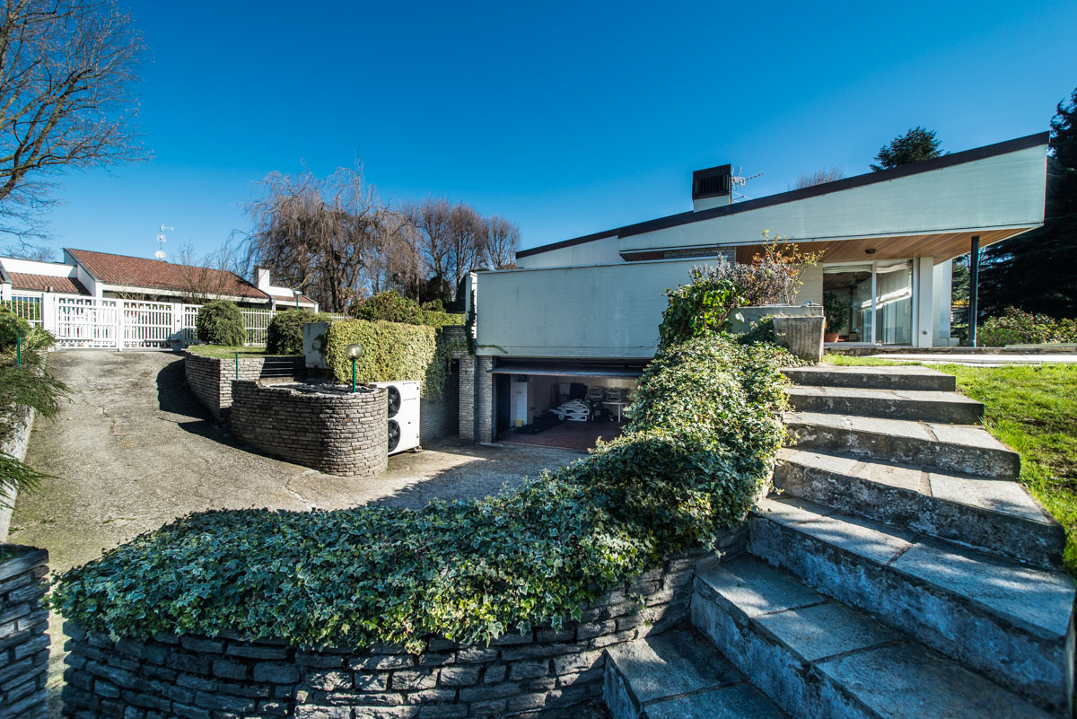 Additional photo for property listing at Wonderful modern villa with swimming pool within the Golf of Carimate Strada delle Acacie Carimate, Como 22060 Italia