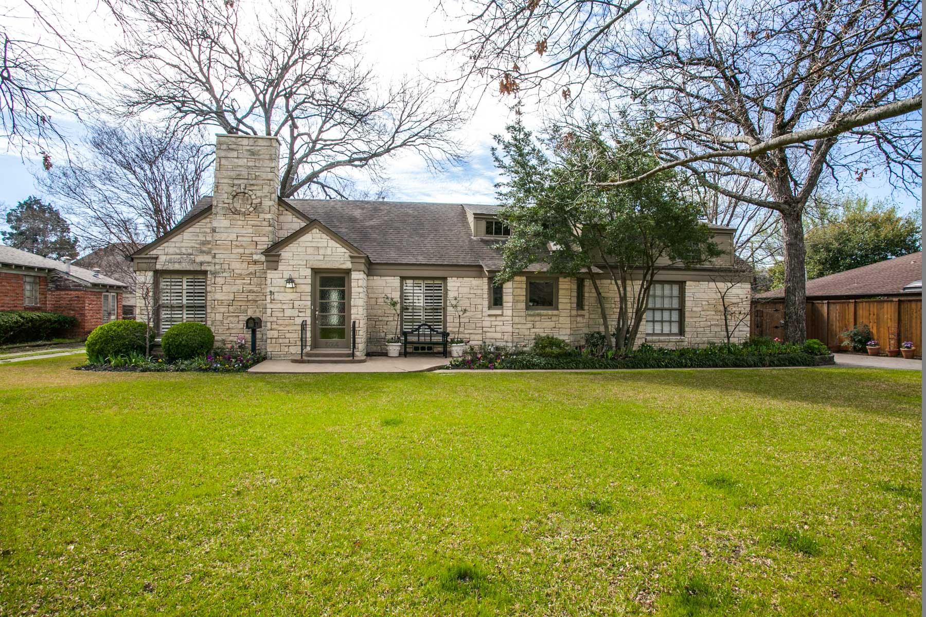 Maison unifamiliale pour l Vente à Preston Hollow Traditional on Treed 0.617 Acre Lot 6014 Northwood Road Dallas, Texas, 75225 États-Unis