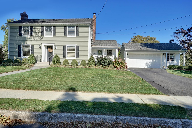 Maison unifamiliale pour l Vente à Charming Traditional Home! 96 Mohegan Rd Manasquan, New Jersey 08736 États-Unis