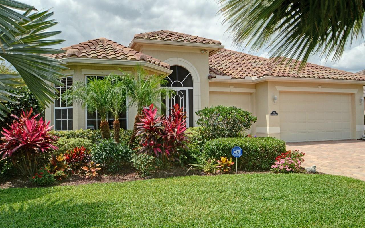 Casa Unifamiliar por un Venta en Stunning Lakefront Pool Home 7656 Fieldstone Ranch Sq Vero Beach, Florida, 32967 Estados Unidos