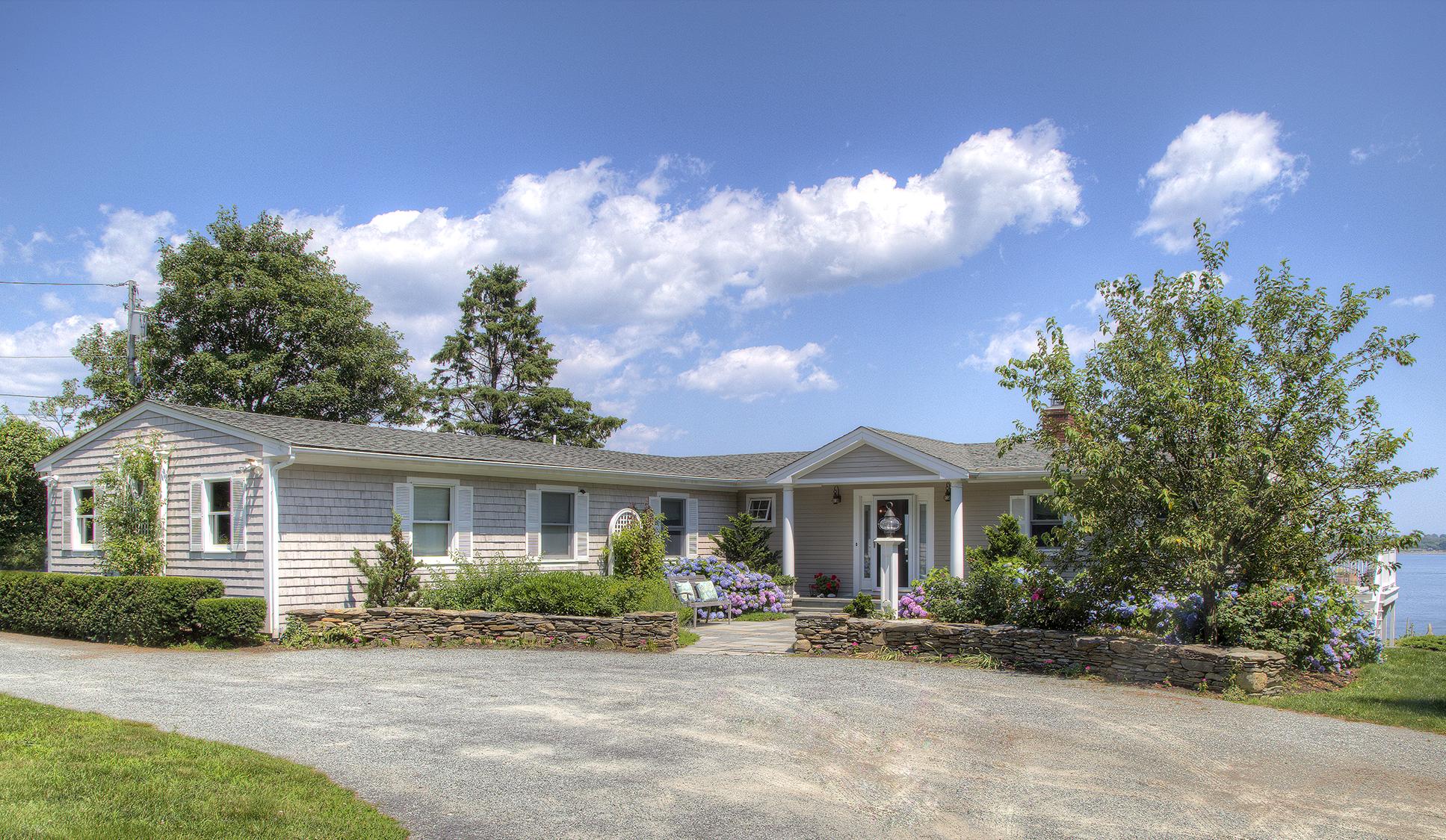 Maison unifamiliale pour l Vente à Waterfront with Beach 179 Indian Avenue Portsmouth, Rhode Island 02871 États-Unis