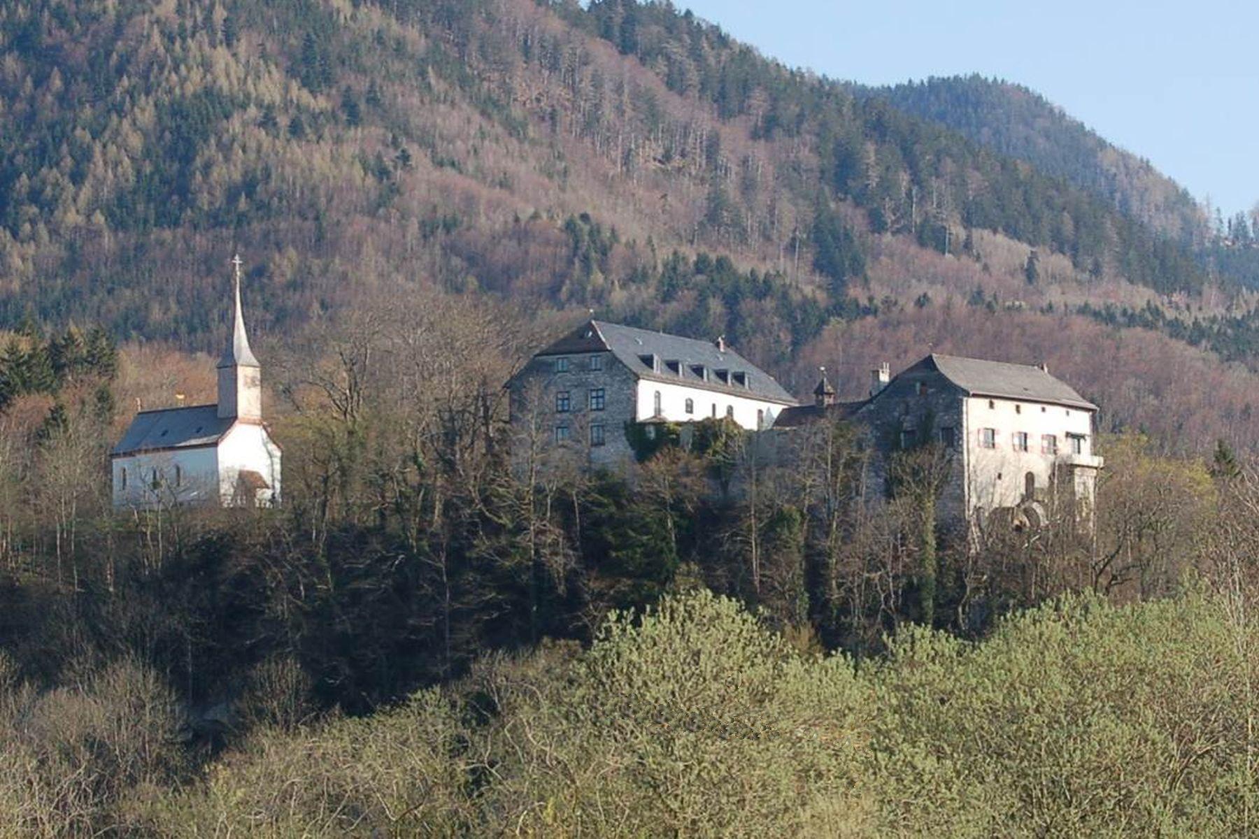Casa para uma família para Venda às A genuine rarity: a romantic castle in a prime location on the edge of the Alps! Other Bavaria, Bavaria 83250 Alemanha