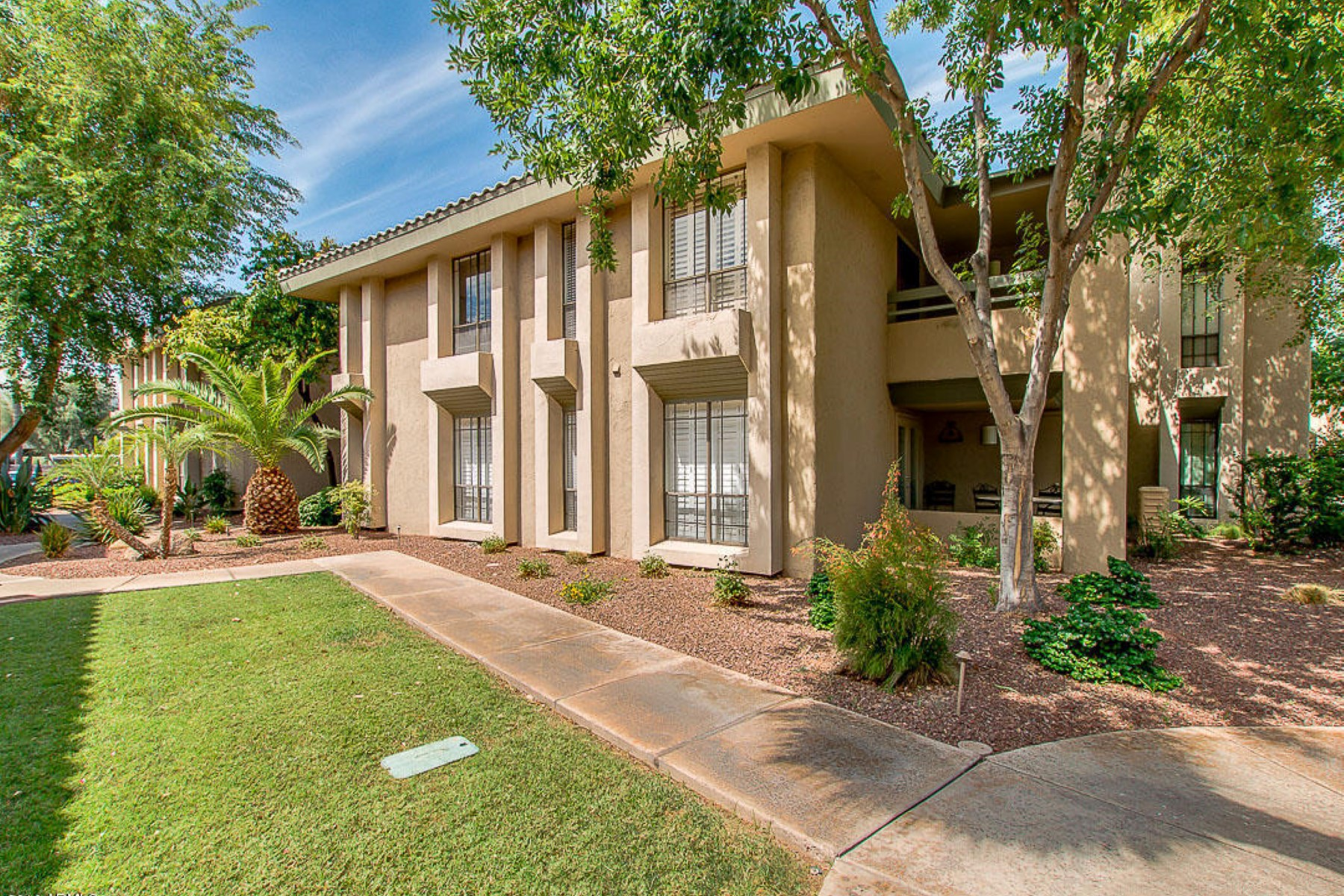 Apartamento por un Venta en charming two bedroom condo at The Cloister at The Biltmore 5213 N 24th St #201 Phoenix, Arizona, 85016 Estados Unidos