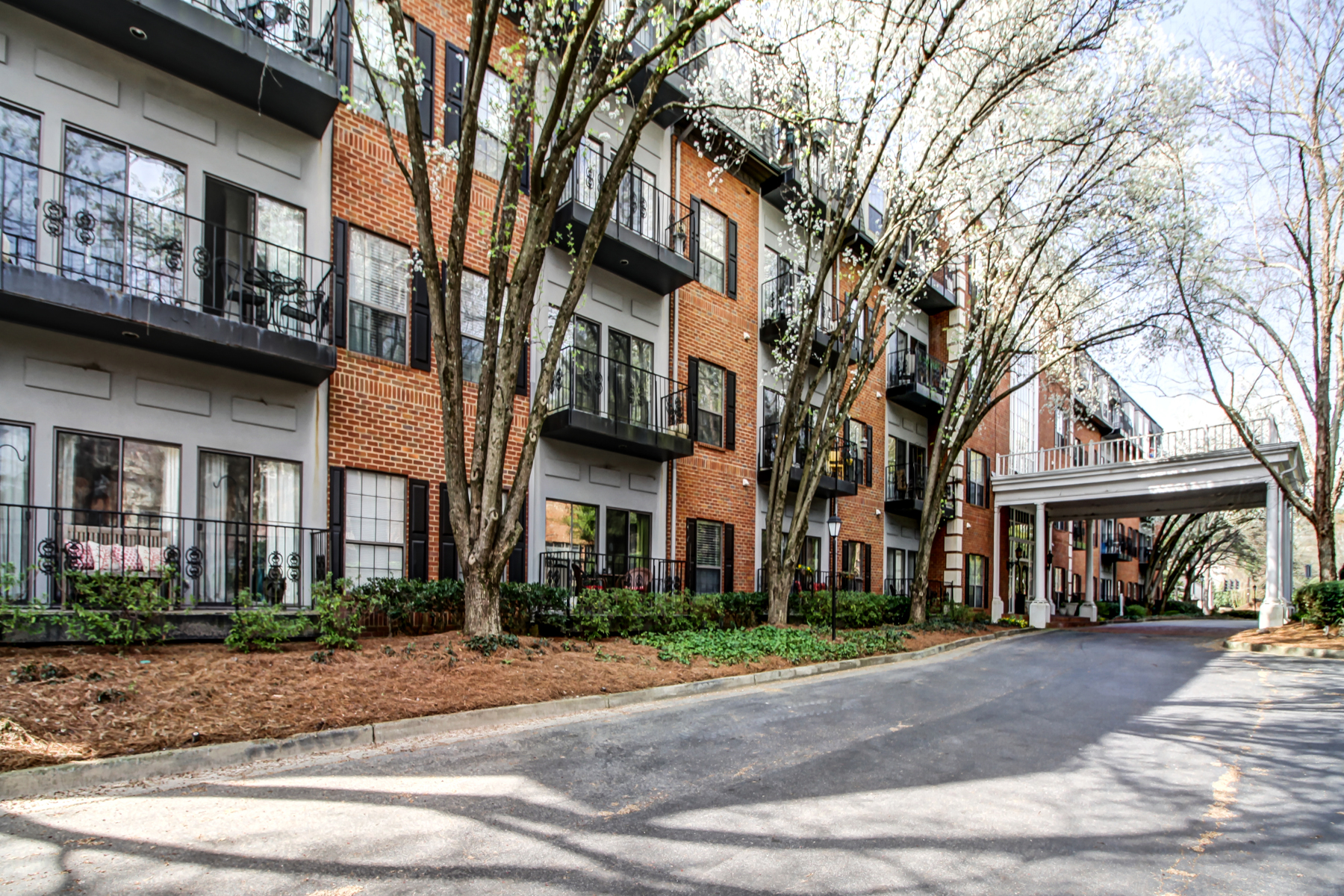 Condominio por un Venta en Buckhead End Unit Condominium 2921 Lenox Road NE #403 Atlanta, Georgia 30324 Estados Unidos