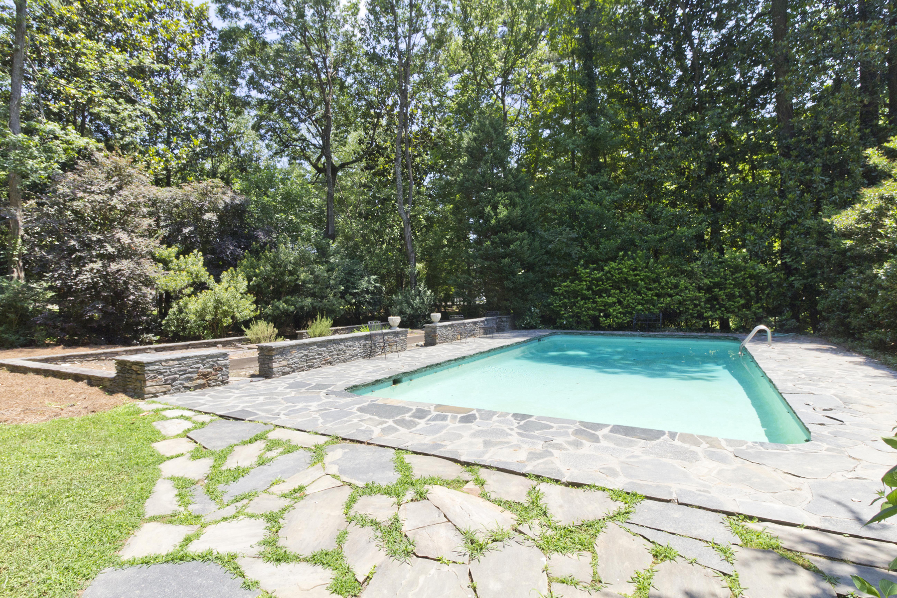 Additional photo for property listing at One Level Living, Pool, And Garden 3044 Nancy Creek Road NW Atlanta, Geórgia 30327 Estados Unidos