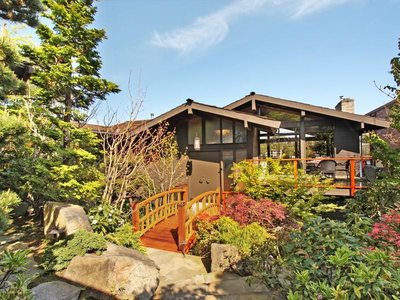 Maison unifamiliale pour l Vente à Where Salt Water Meets Fresh Water 5634 39th Ave W Seattle, Washington 98199 États-Unis