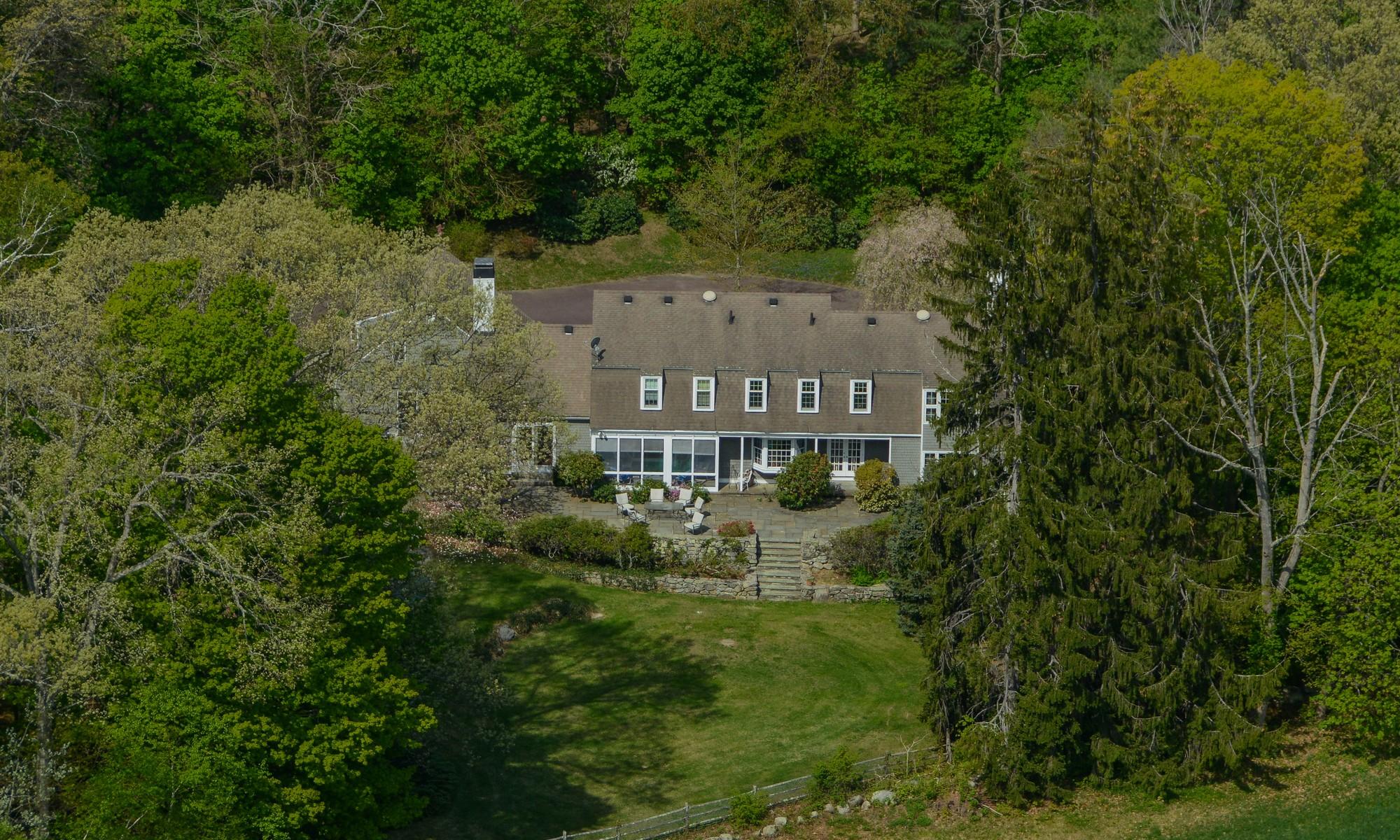 Maison unifamiliale pour l Vente à Country Elegance / Dutch Colonial 660 Monument Street Concord, Massachusetts 01742 États-Unis