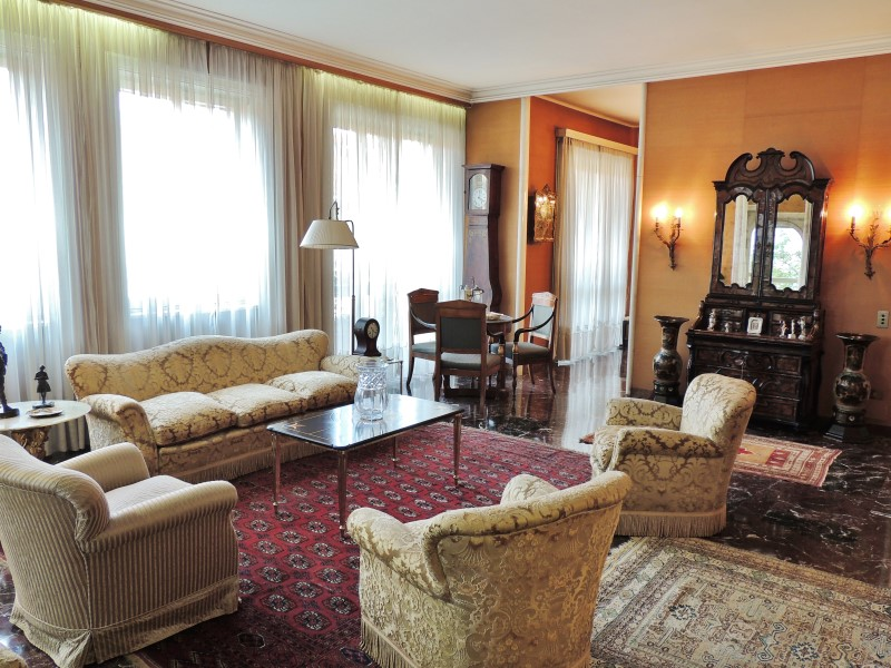 Additional photo for property listing at 30s-style apartment in downtown Milan Via Conservatorio Milano, Milan 20122 Italy