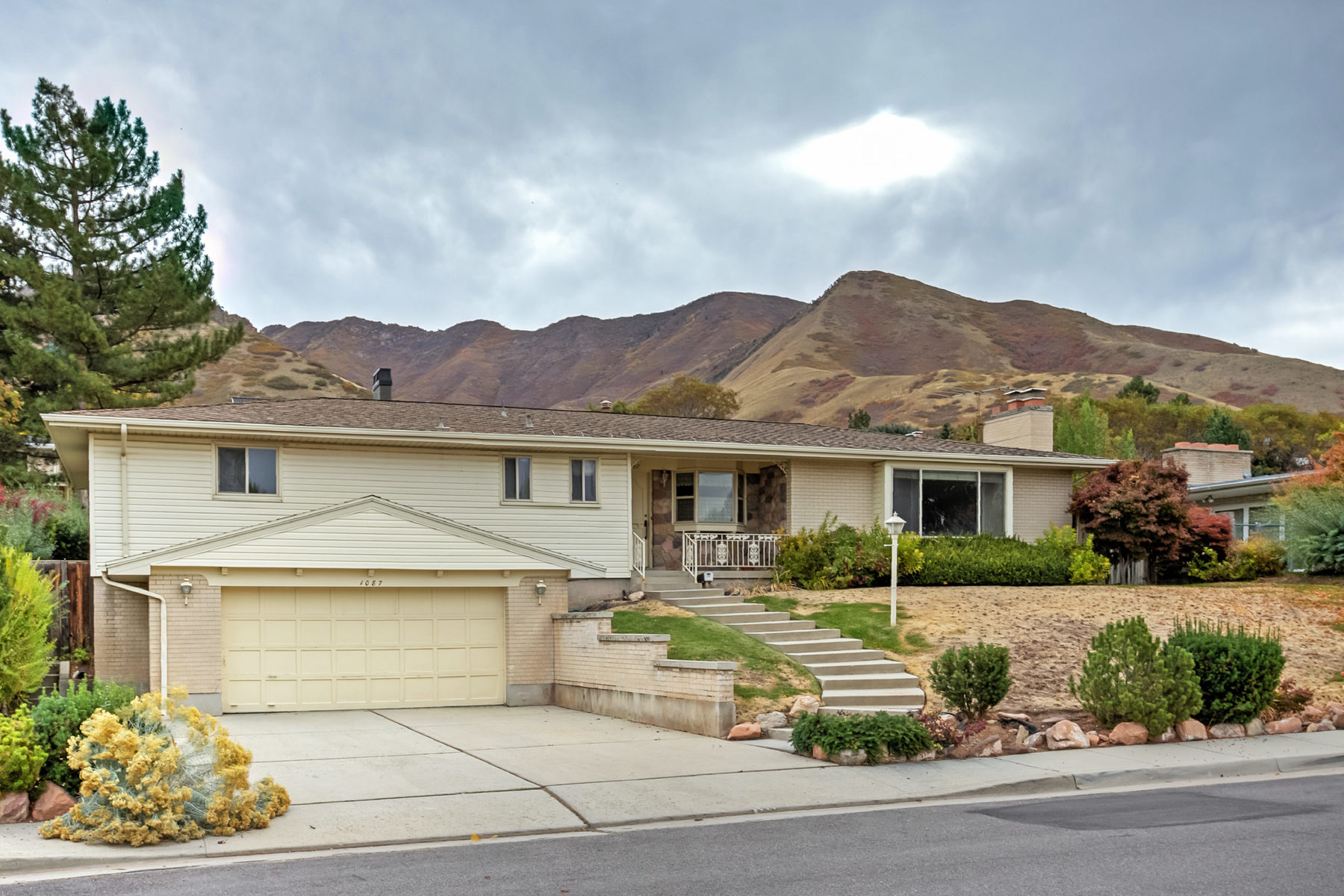独户住宅 为 销售 在 Amazing Potential 1087 S Bonneville Dr 盐湖城市, 犹他州, 84108 美国
