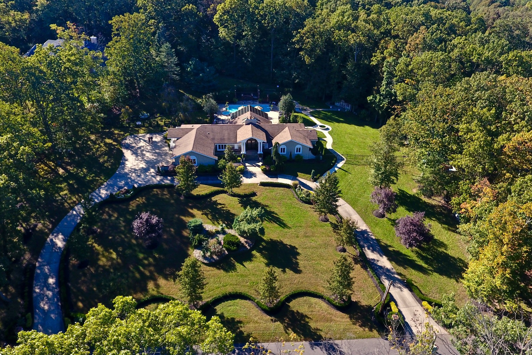 Casa Unifamiliar por un Venta en Extraordinary Expanded Ranch 131 Stone Hill Road Colts Neck, Nueva Jersey, 07722 Estados Unidos