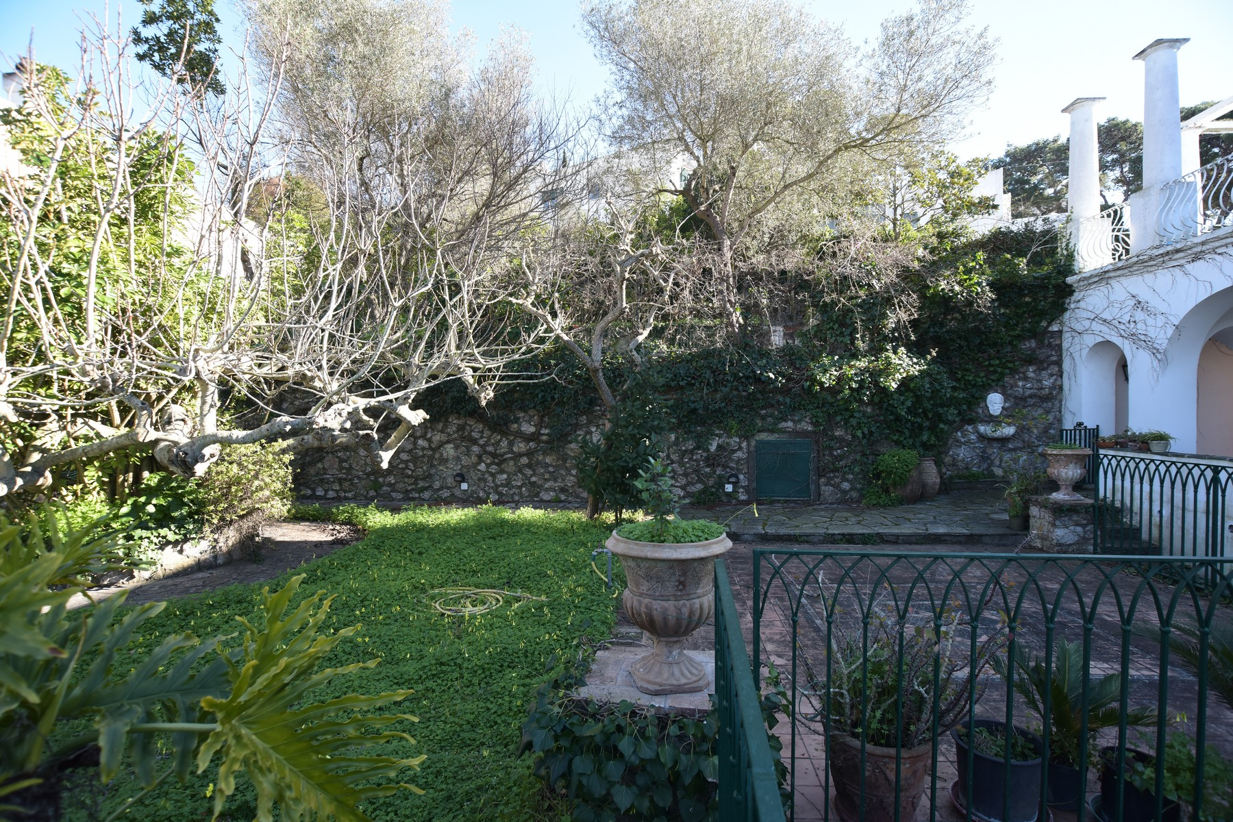 Additional photo for property listing at Beautiful house with garden Capri, Naples Italy