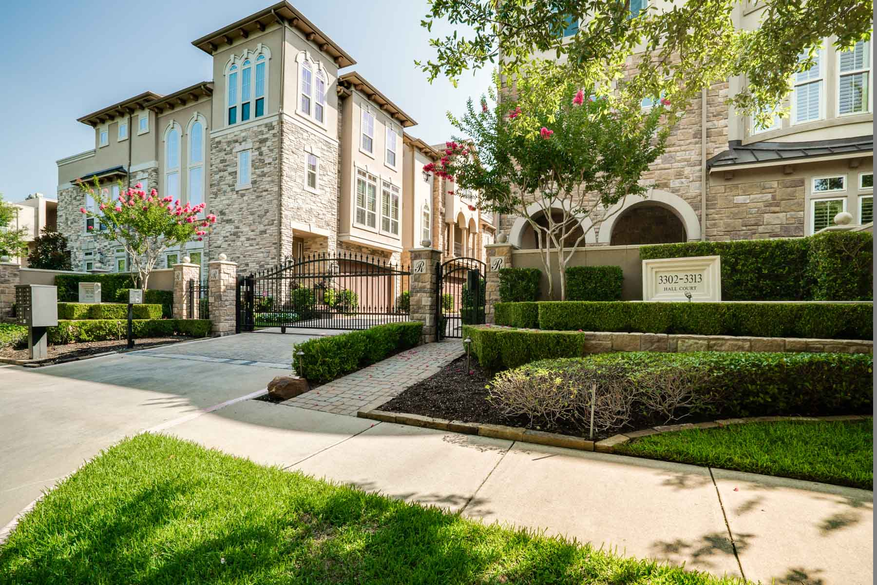 Maison de Ville pour l Vente à Oak Lawn Gated Townhome 3307 Hall Court Dallas, Texas, 75219 États-Unis