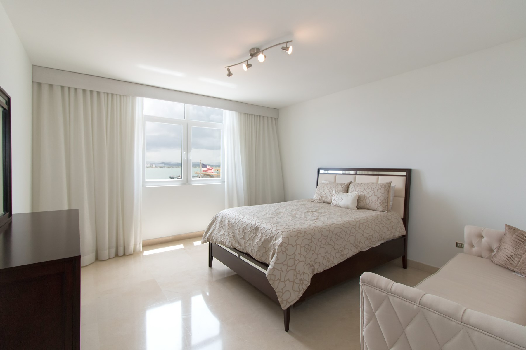 Additional photo for property listing at Contemporary Harbor Front Residence in OSJ 105 Paseo Gilberto Concepcion de Gracia Apt 403 San Juan, Puerto Rico 00901 Puerto Rico