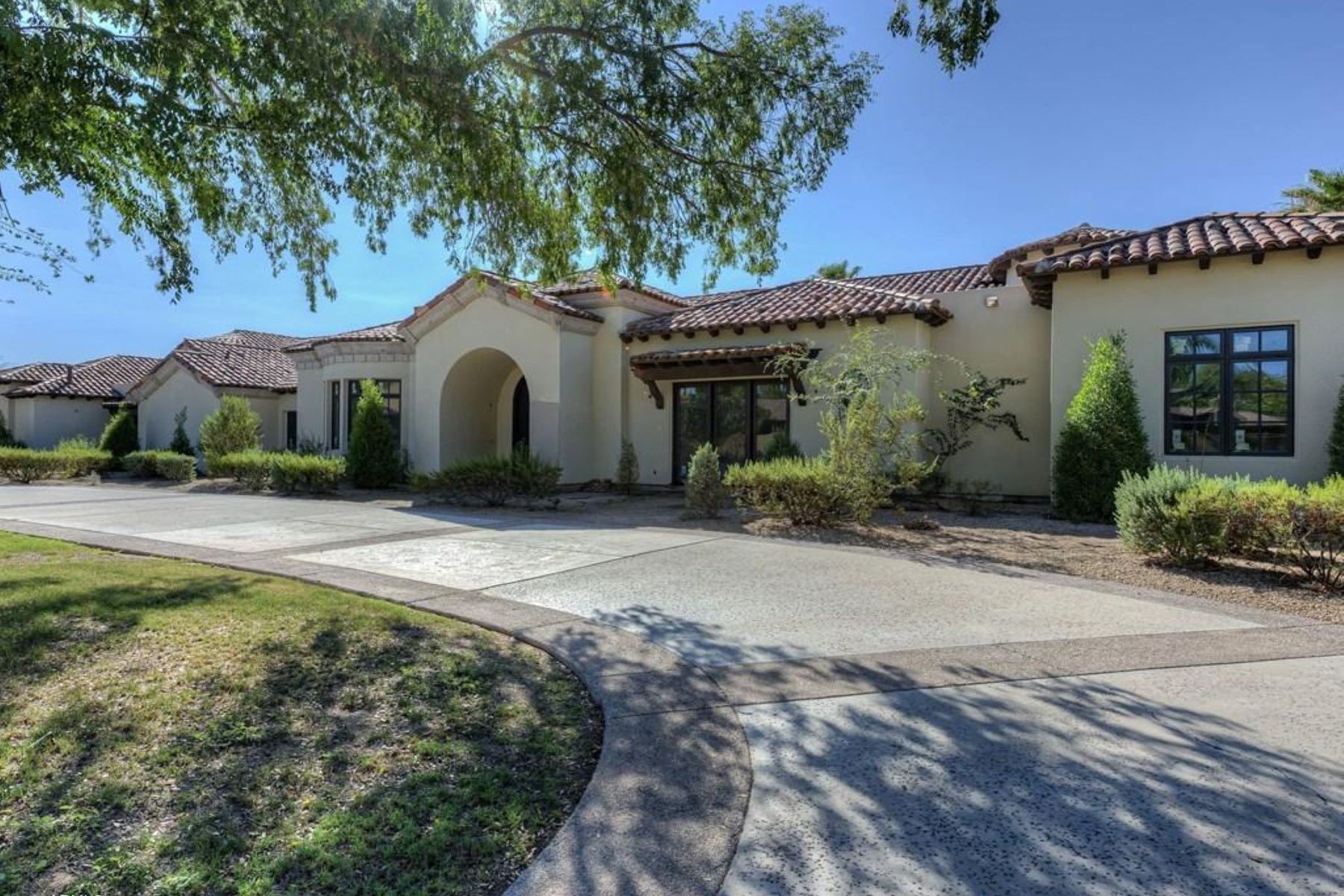 Moradia para Venda às Wonderufl estate sits on 2.5 acres with sweeping mountain views 6101 E Caballo Ln Paradise Valley, Arizona 85253 Estados Unidos