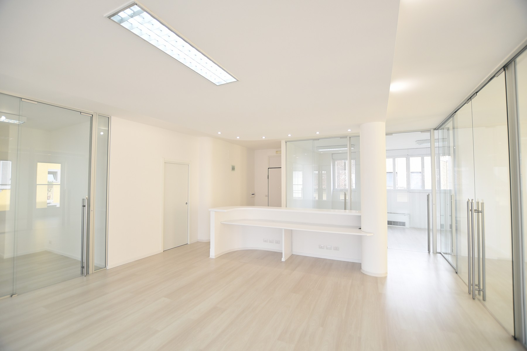 Apartamento por un Venta en Prestigious office with high quality finishes via Milano Como, Como 22100 Italia