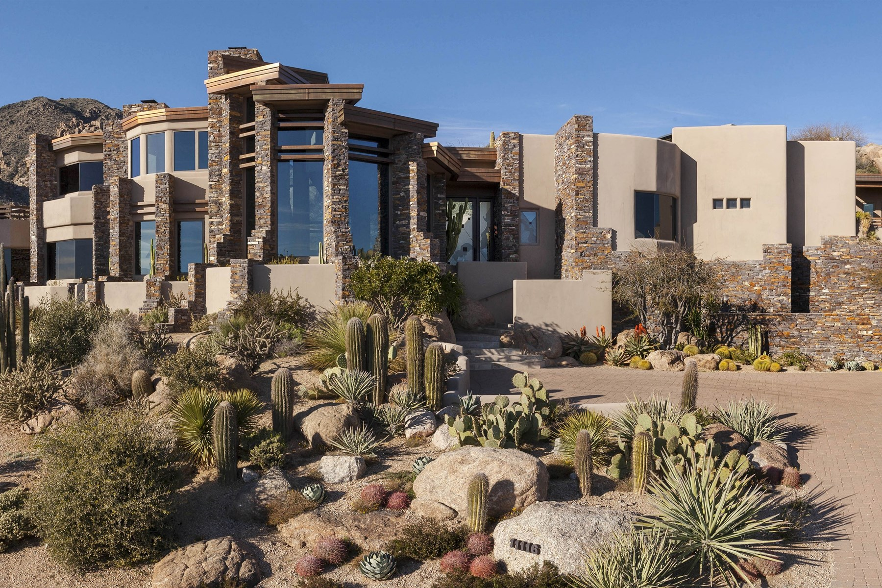 一戸建て のために 売買 アット Fabulous one of a kind home is designed around spectacular boulder outcroppings 11116 E Distant Hills Dr Scottsdale, アリゾナ 85262 アメリカ合衆国