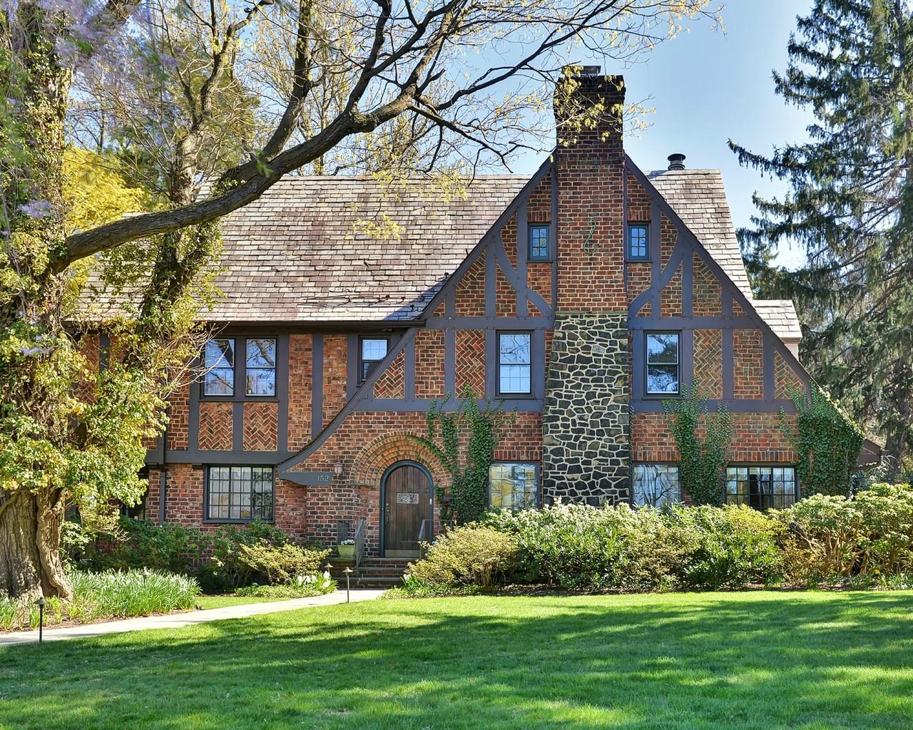 Maison unifamiliale pour l Vente à Lovely Tudor 152 Union Street Montclair, New Jersey, 07042 États-Unis