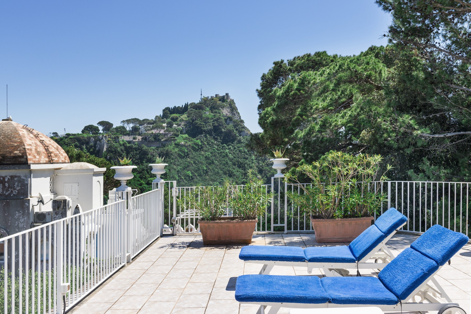 Additional photo for property listing at Spectacular panoramic villa surrounded by greenery Capri, Naples Italien