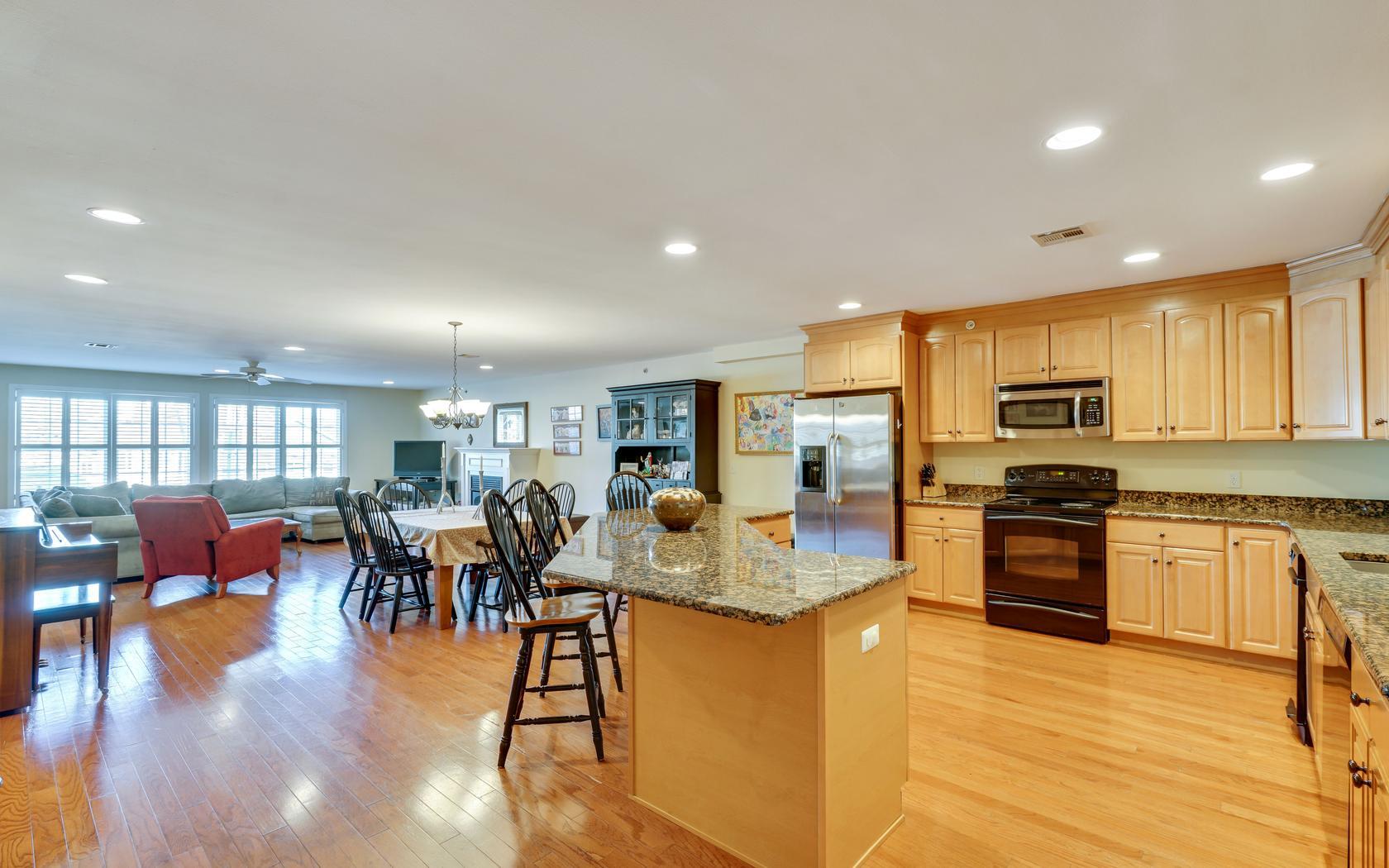 Appartement en copropriété pour l Vente à Spacious Beach Condo 580 Main St E, 4 Manasquan, New Jersey, 08736 États-Unis