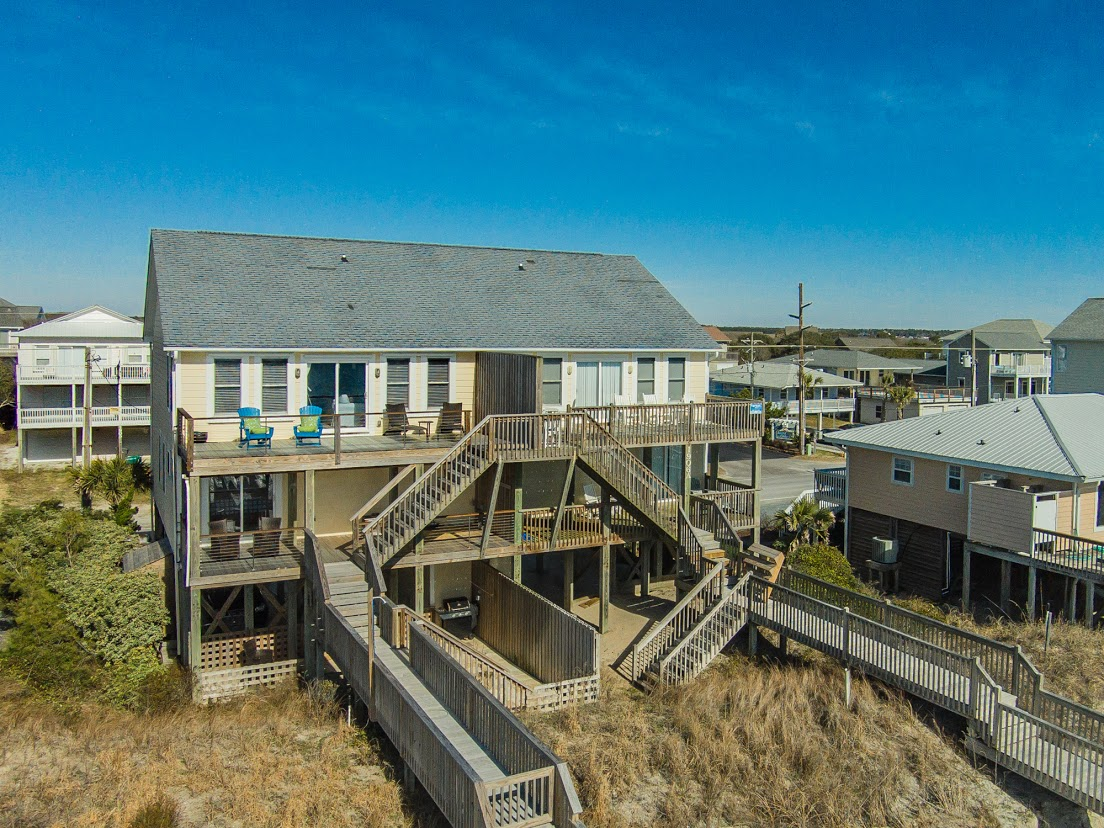 Casa para uma família para Venda às Professionally Decorated Oceanfront Home with Captivating Views 1906B South Shore Drive Surf City, Carolina Do Norte, 28445 Estados Unidos