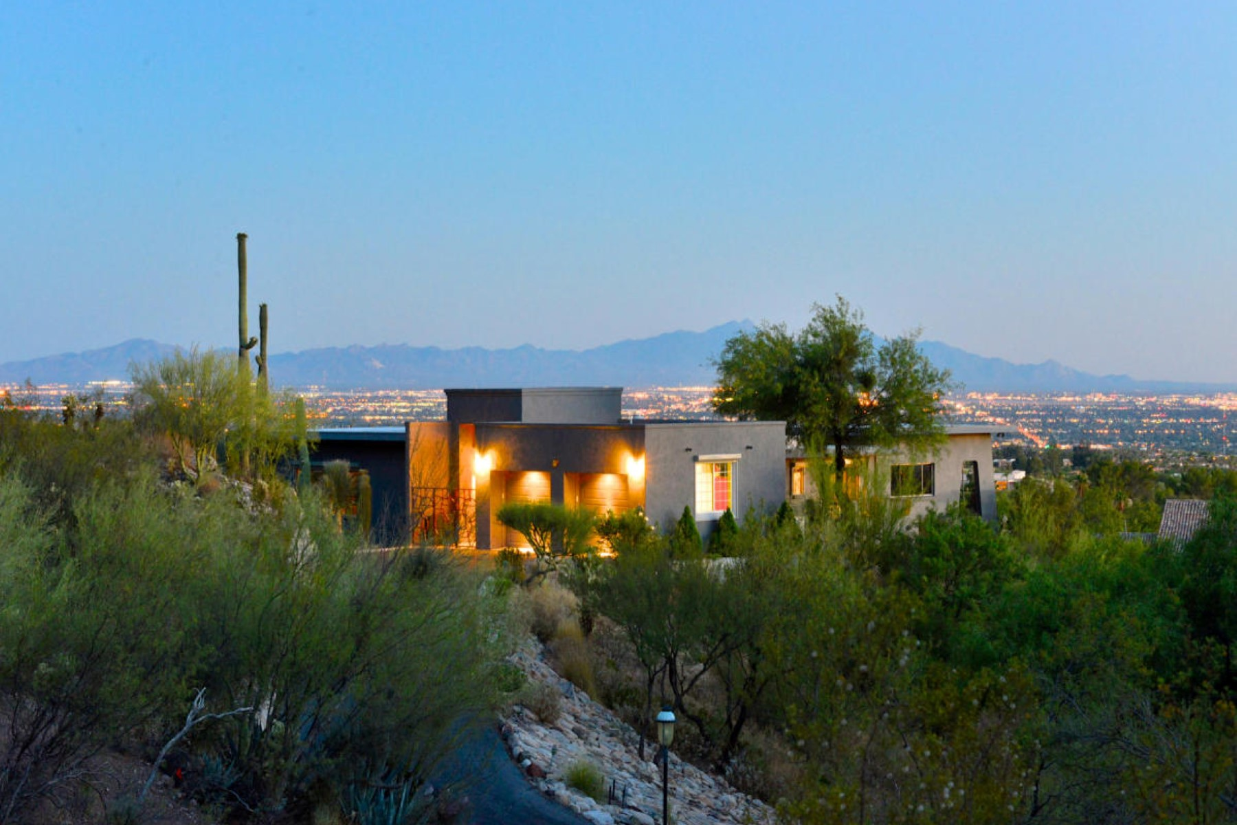 Casa Unifamiliar por un Venta en Extraordinary modern contemporary home with spectacular city views. 4940 E Winged Foot Drive Tucson, Arizona, 85718 Estados Unidos