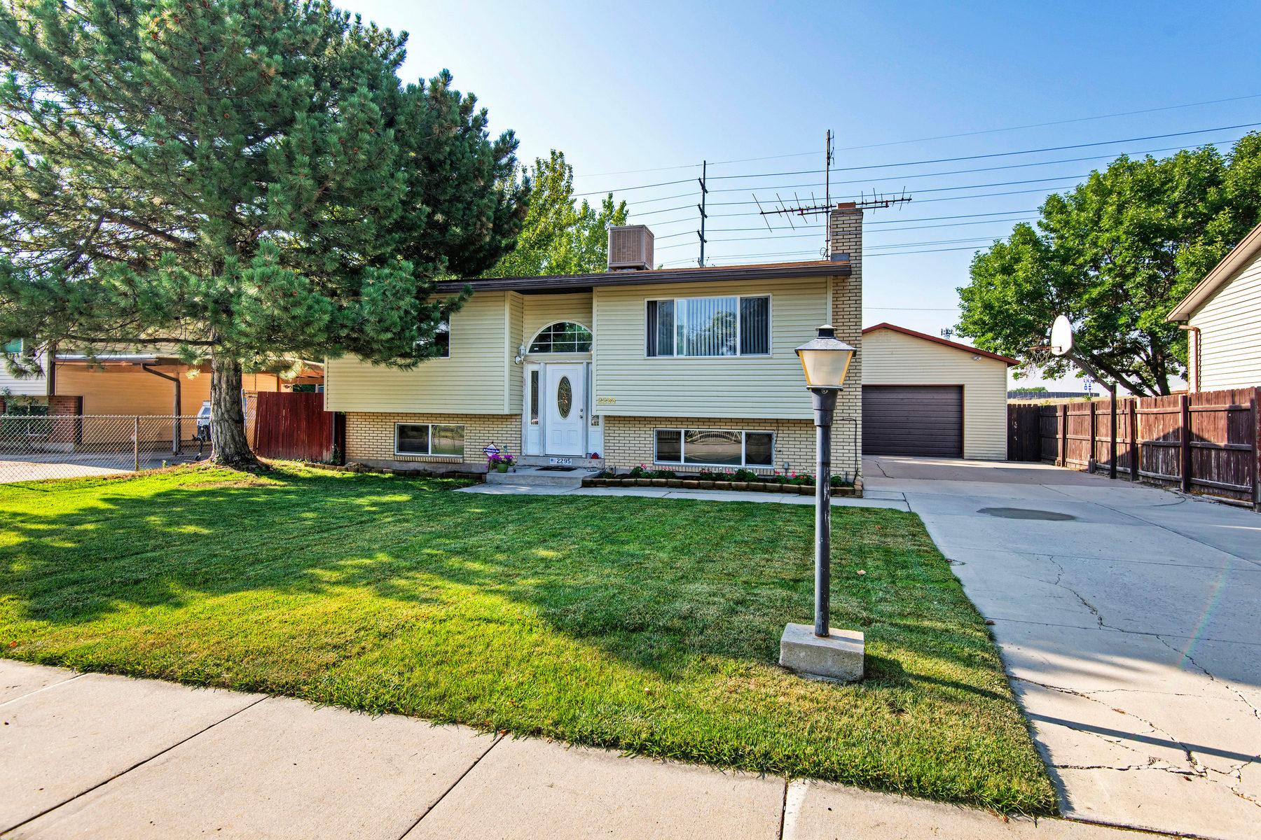Maison unifamiliale pour l Vente à Darling Home in Nice Neighborhood 2295 W Edgeware Ln Taylorsville, Utah 84129 États-Unis