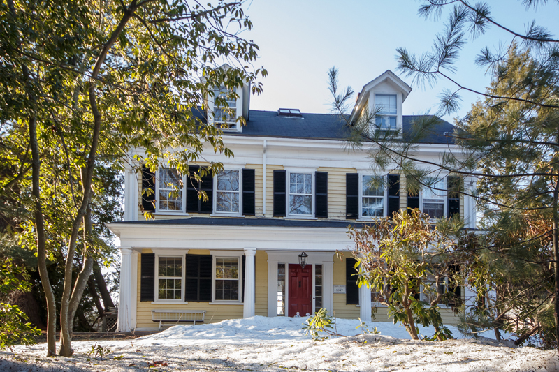 Maison unifamiliale pour l Vente à Beautifully Renovated 137 Wellesley Street Weston, Massachusetts 02493 États-Unis