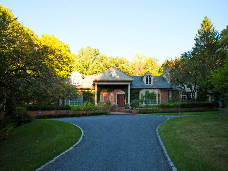 Villa per Vendita alle ore Private Setting 13 East Denison Drive Saddle River, New Jersey 07458 Stati Uniti