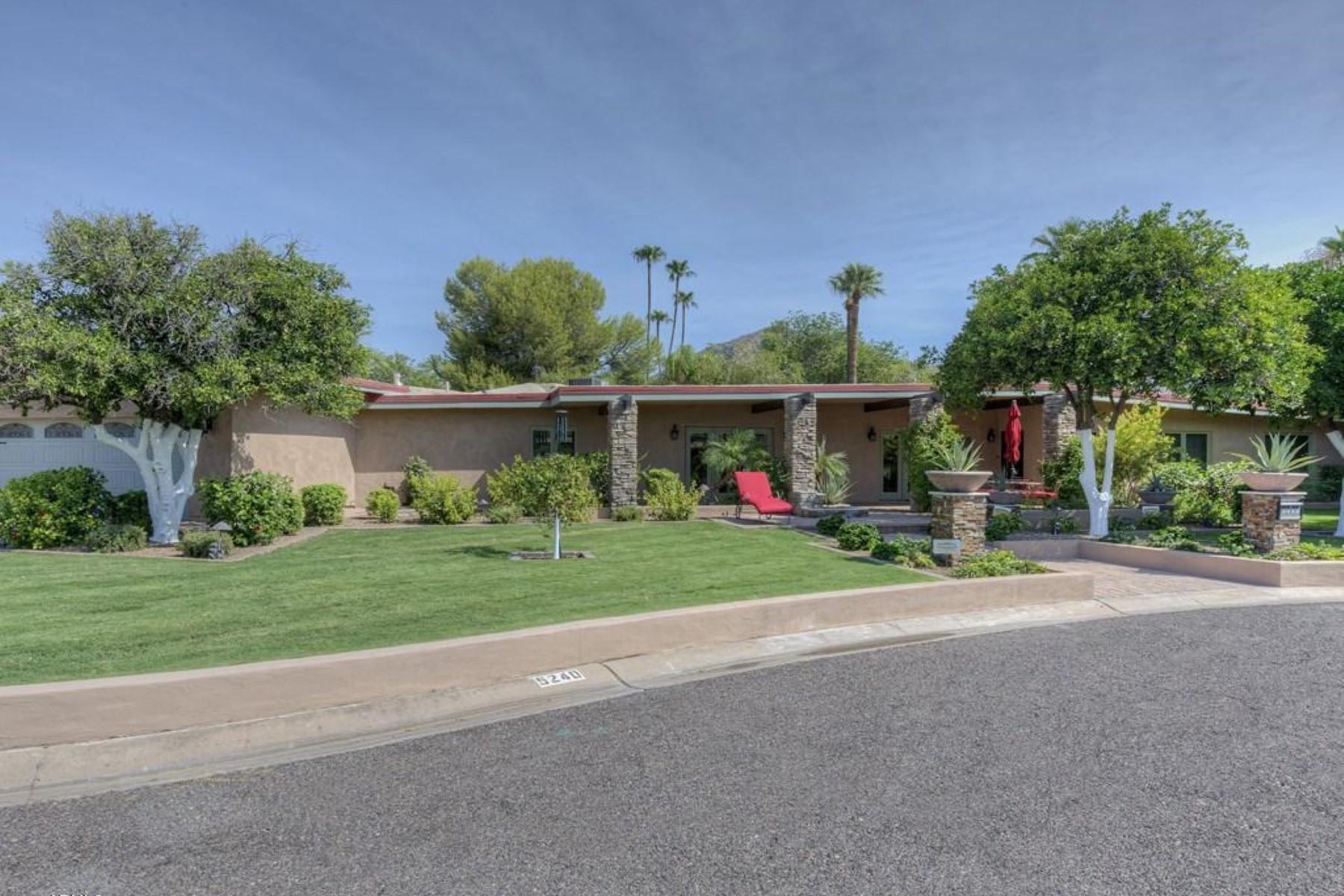 Nhà ở một gia đình vì Bán tại Soft contemporary home has charm with views of Camelback Mountain. 5240 E CALLE VENTURA Phoenix, Arizona 85018 Hoa Kỳ