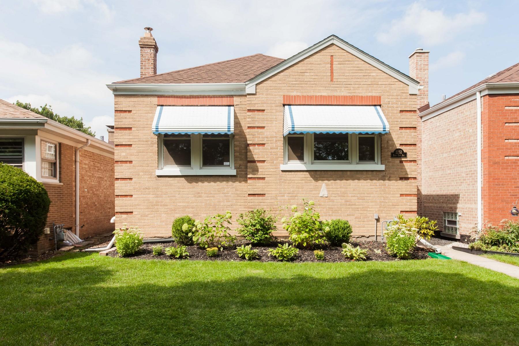 Частный односемейный дом для того Продажа на Fabulous Brick Home 2252 Burr Oak Avenue North Riverside, Иллинойс, 60546 Соединенные Штаты