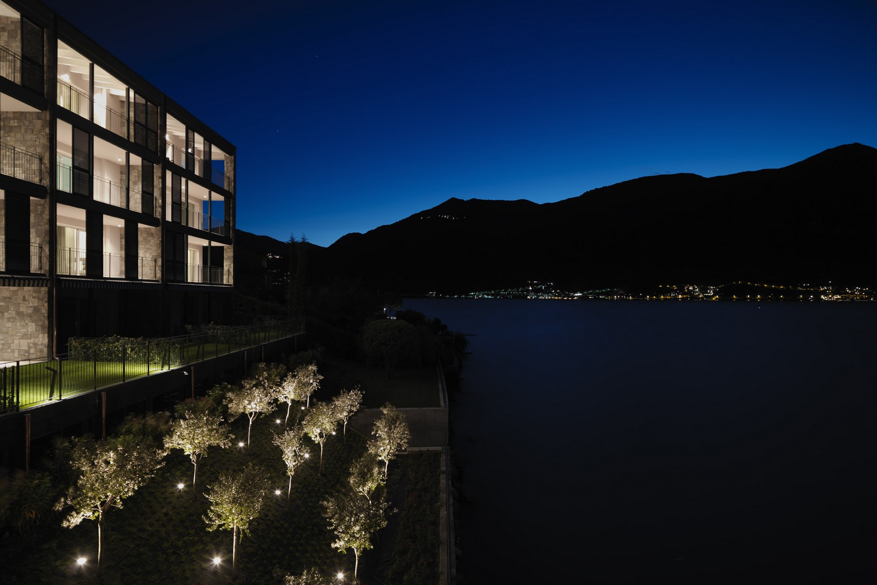 Additional photo for property listing at Splendid semi-independent villa directly on the lake Località Bagnana Lezzeno, Como 22025 Italie