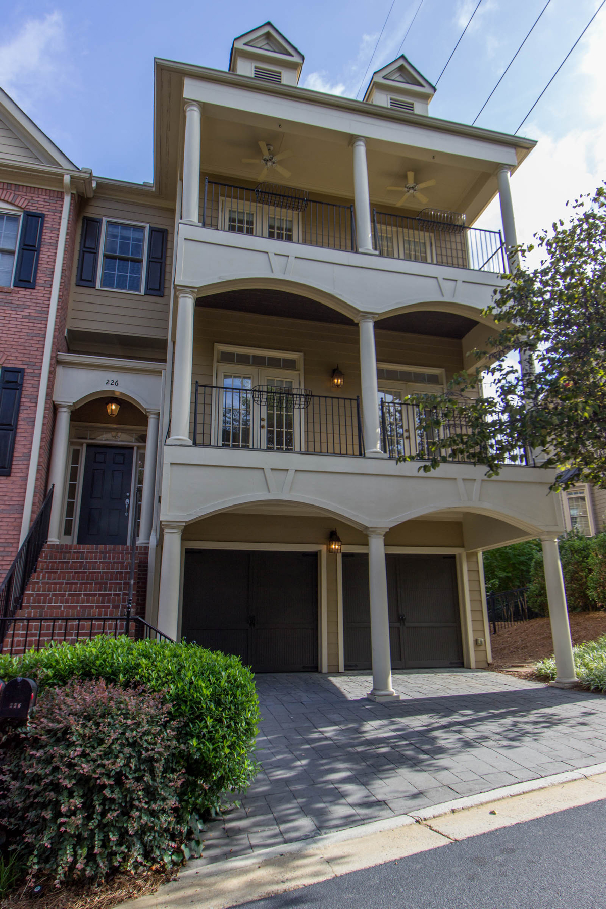 Moradia em banda para Venda às Elegant Three Story Townhome 226 Meeting Lane Atlanta, Geórgia, 30342 Estados Unidos
