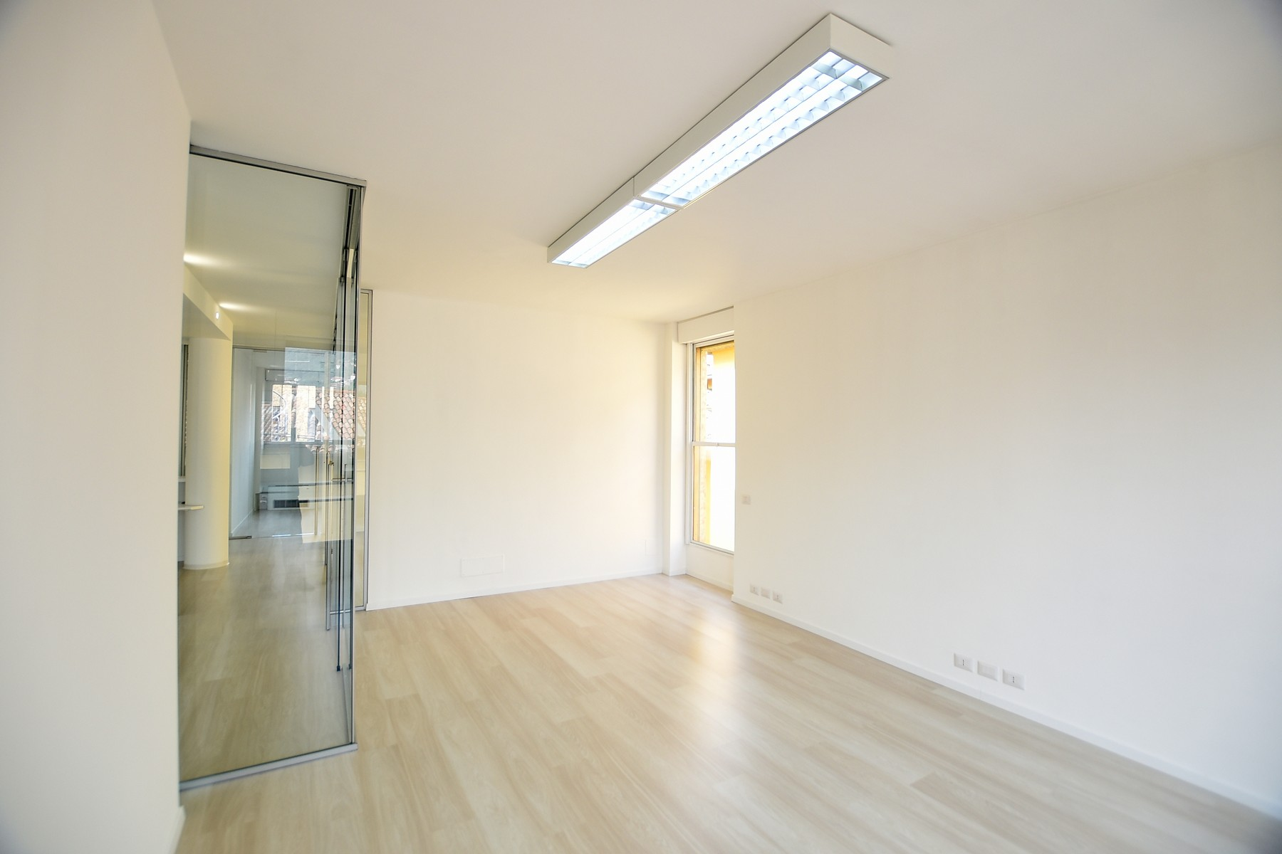 Additional photo for property listing at Prestigious office with high quality finishes via Milano Como, Como 22100 Italia